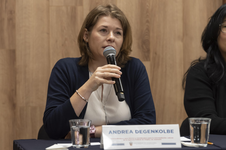 Representante Agencia Federal de Empleo de Alemania al micrófono