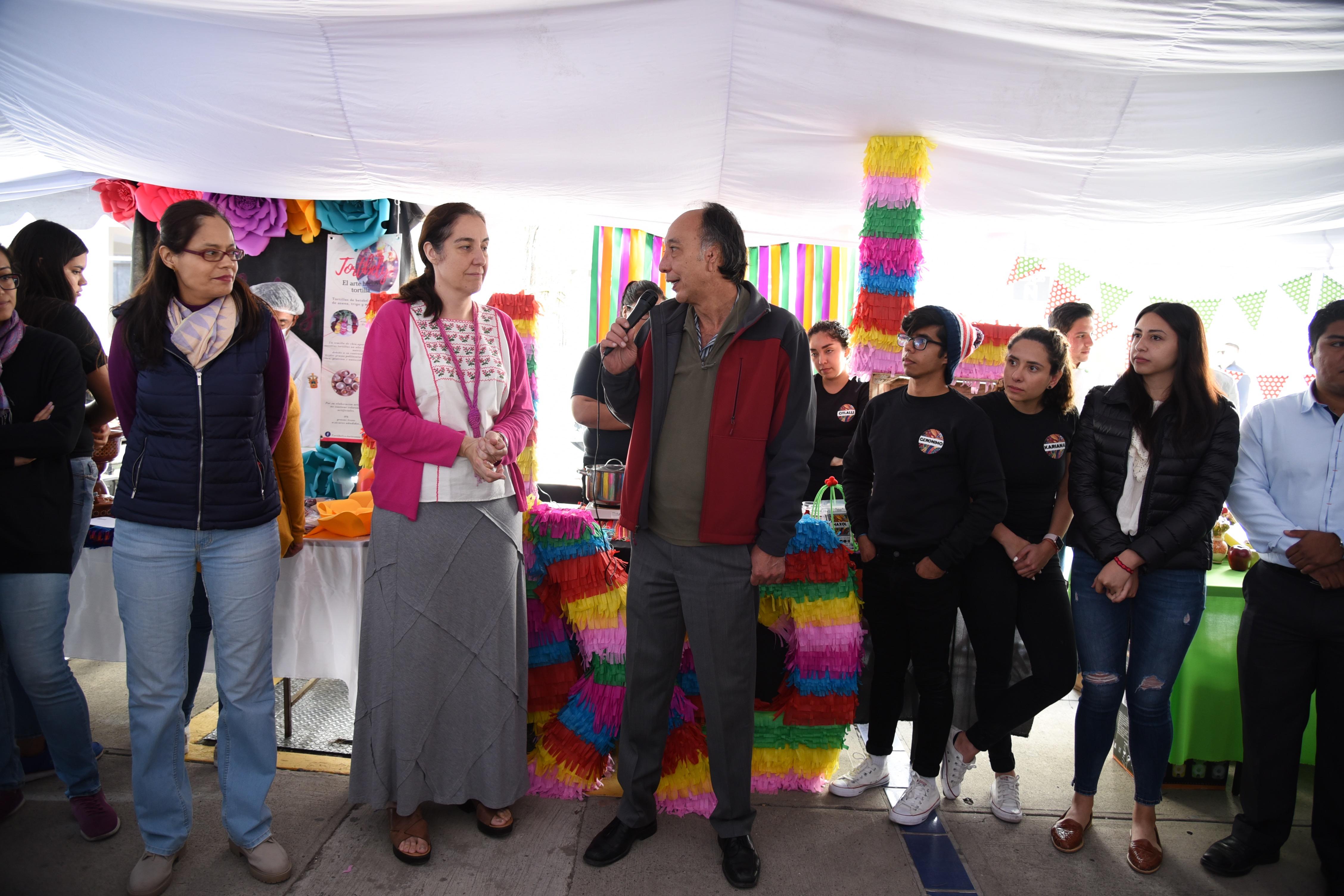 Dr. Osmar Matsui dando palabras de bienvenida a la Expo