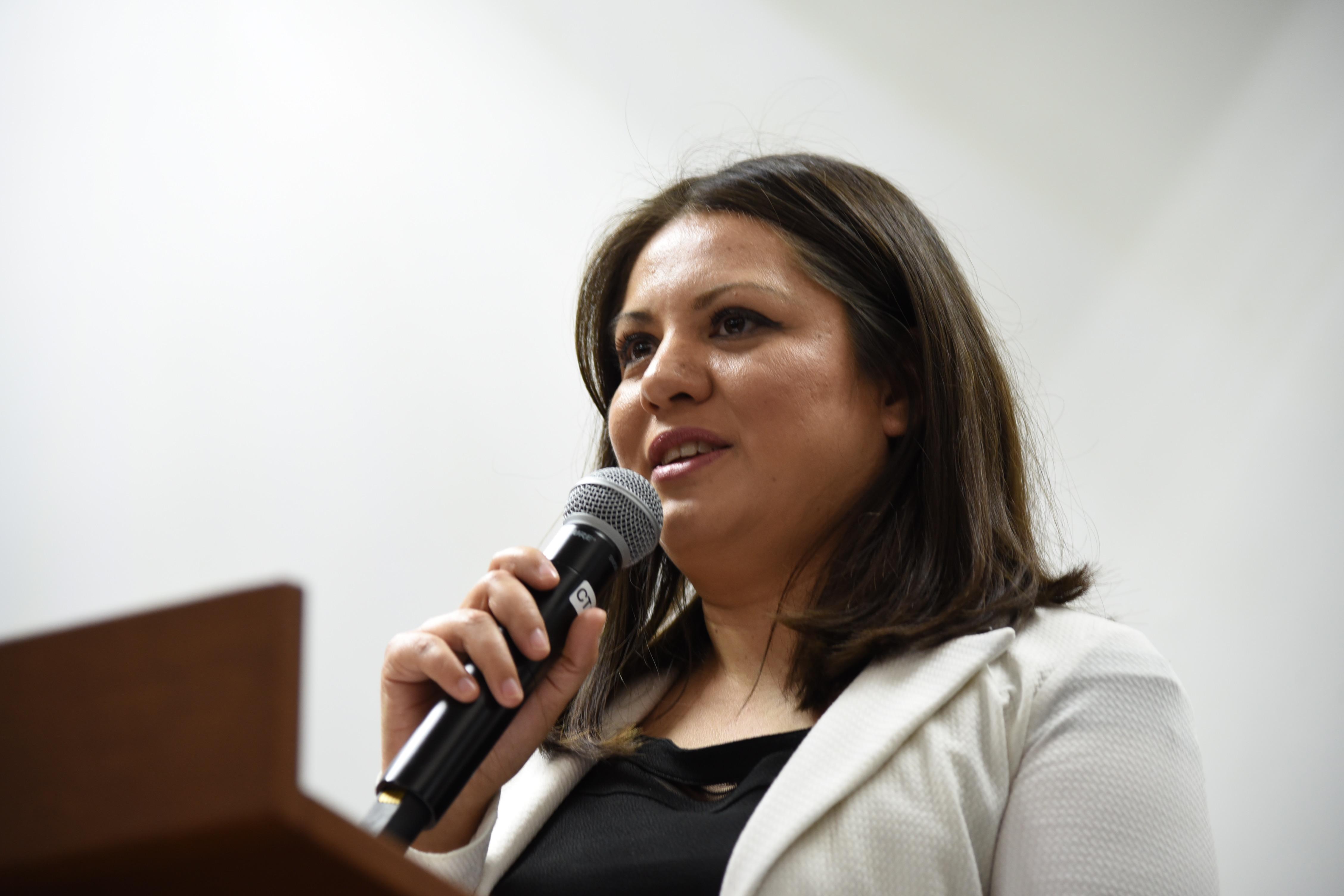 Mtra. Fabiola Macías ofreciendo palabras durante el acto inaugural