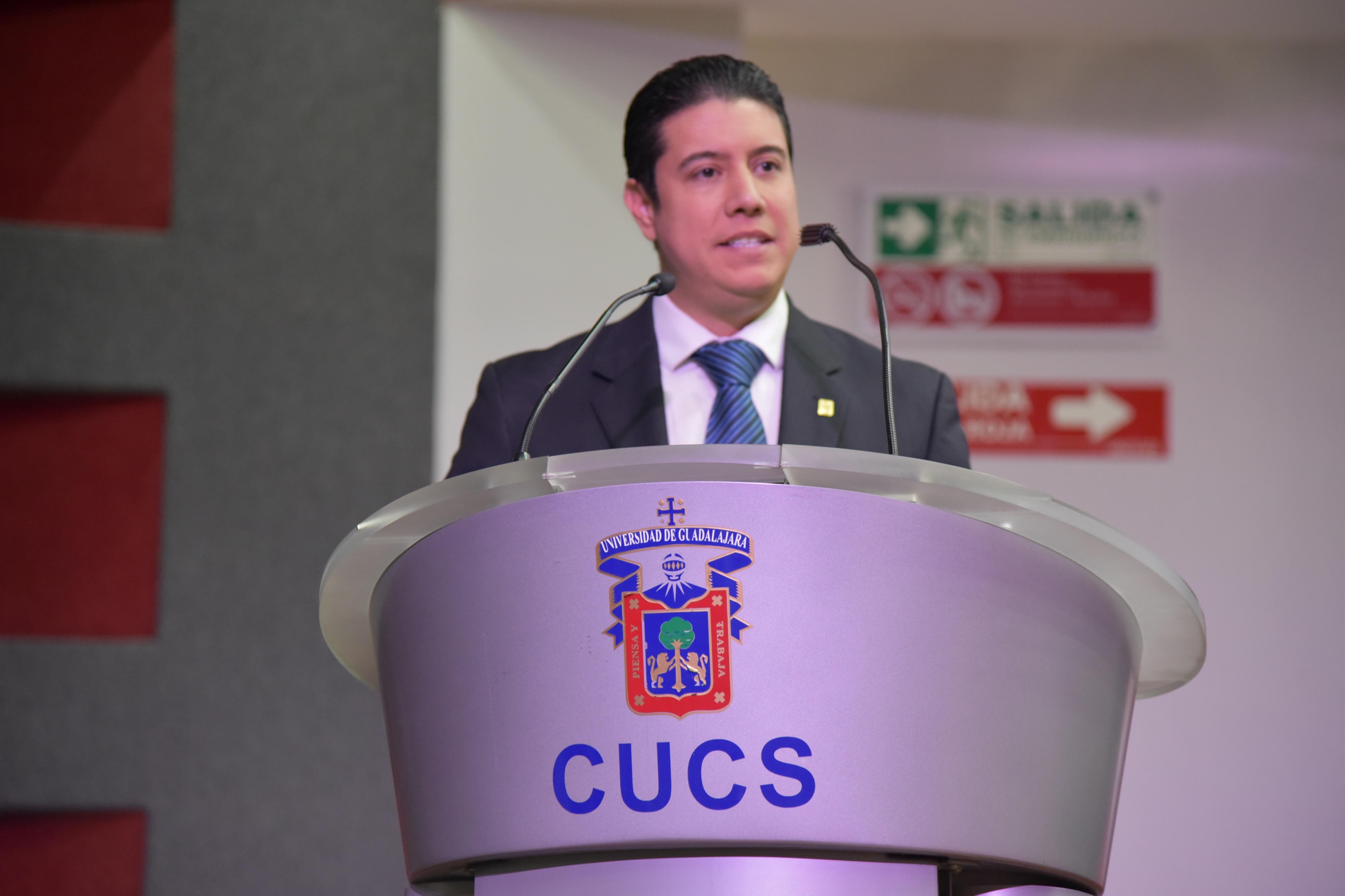 Dr. José María Chávez dando la bienvenida en el podio