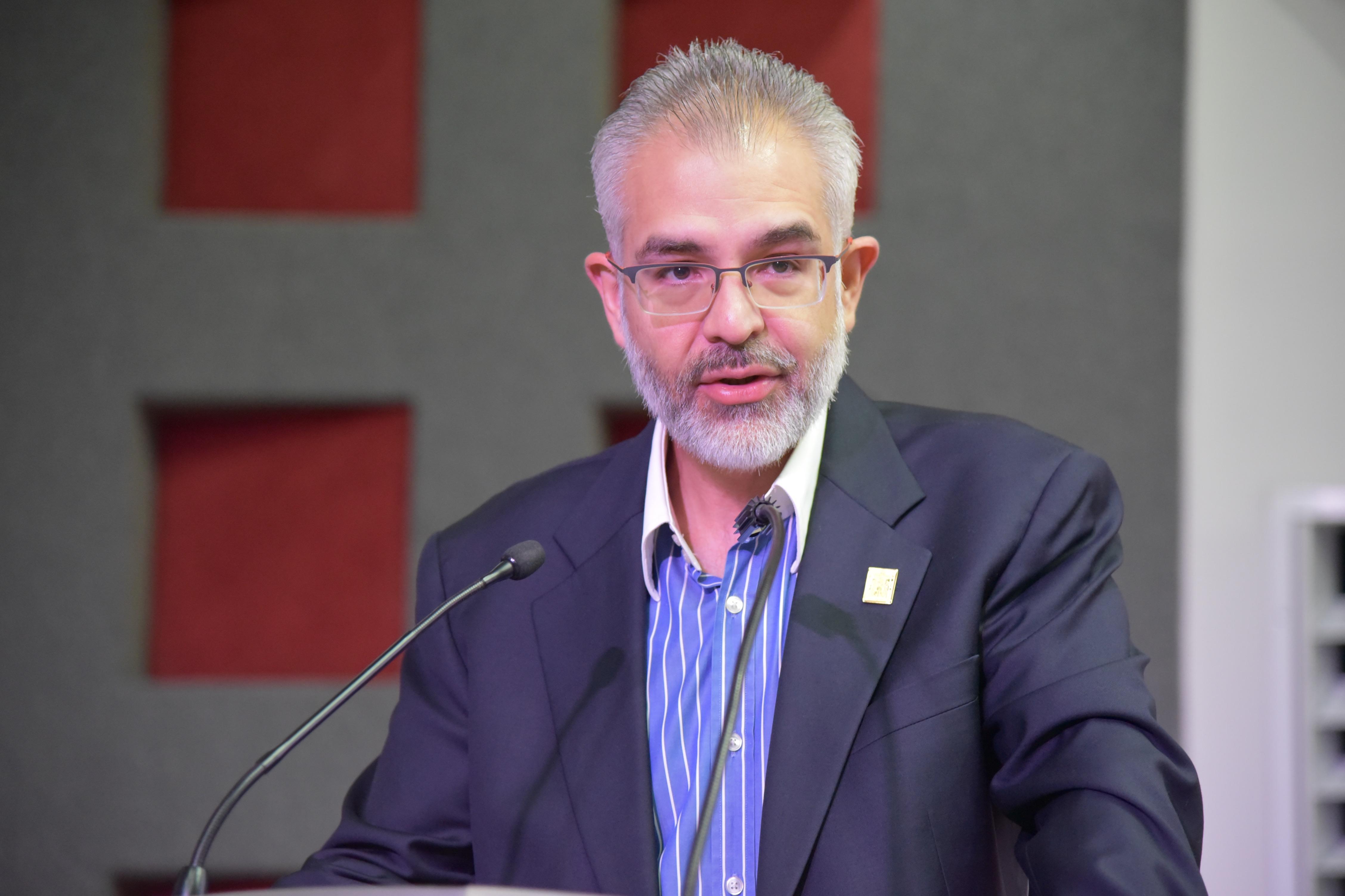 Dr. Guillermo Gómez Mata, ofreciendo discurso durante el acto inaugural