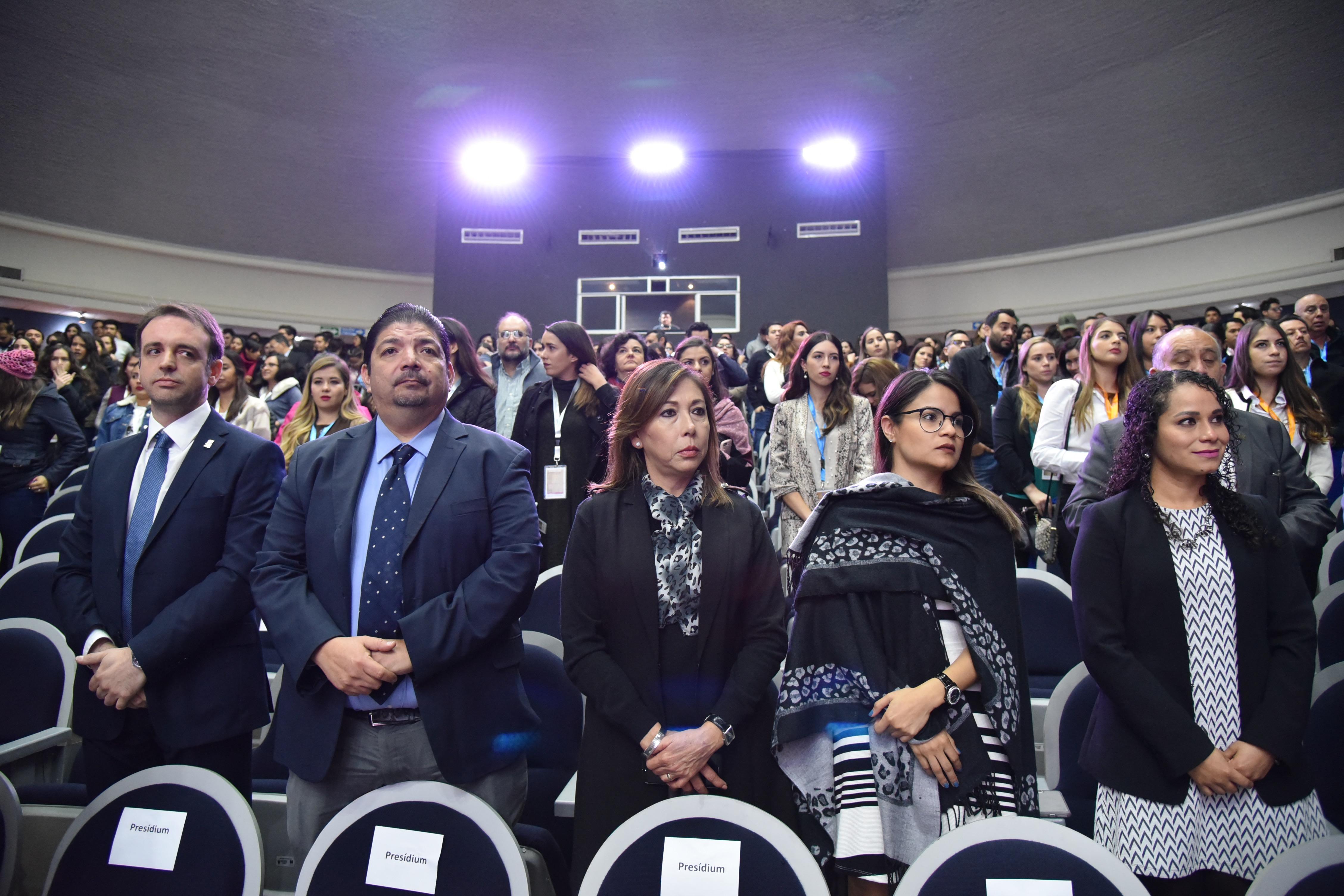 Asistentes al evento de pie en el momento de la declaratoria inaugural