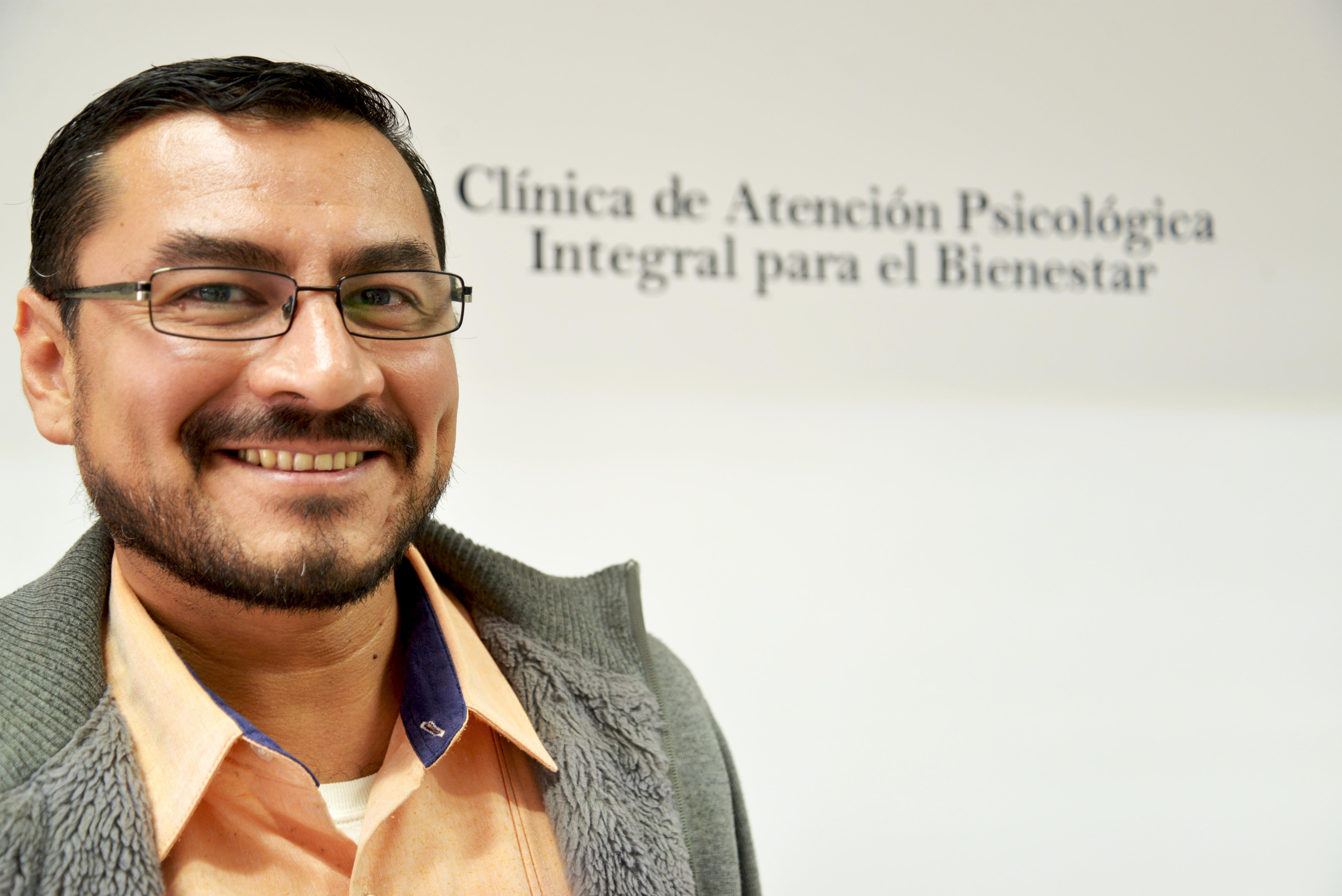 Dr. Rubén Bravo posando para la foto sonriendo