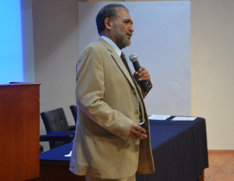 Dr. René Crocker dictando conferencia