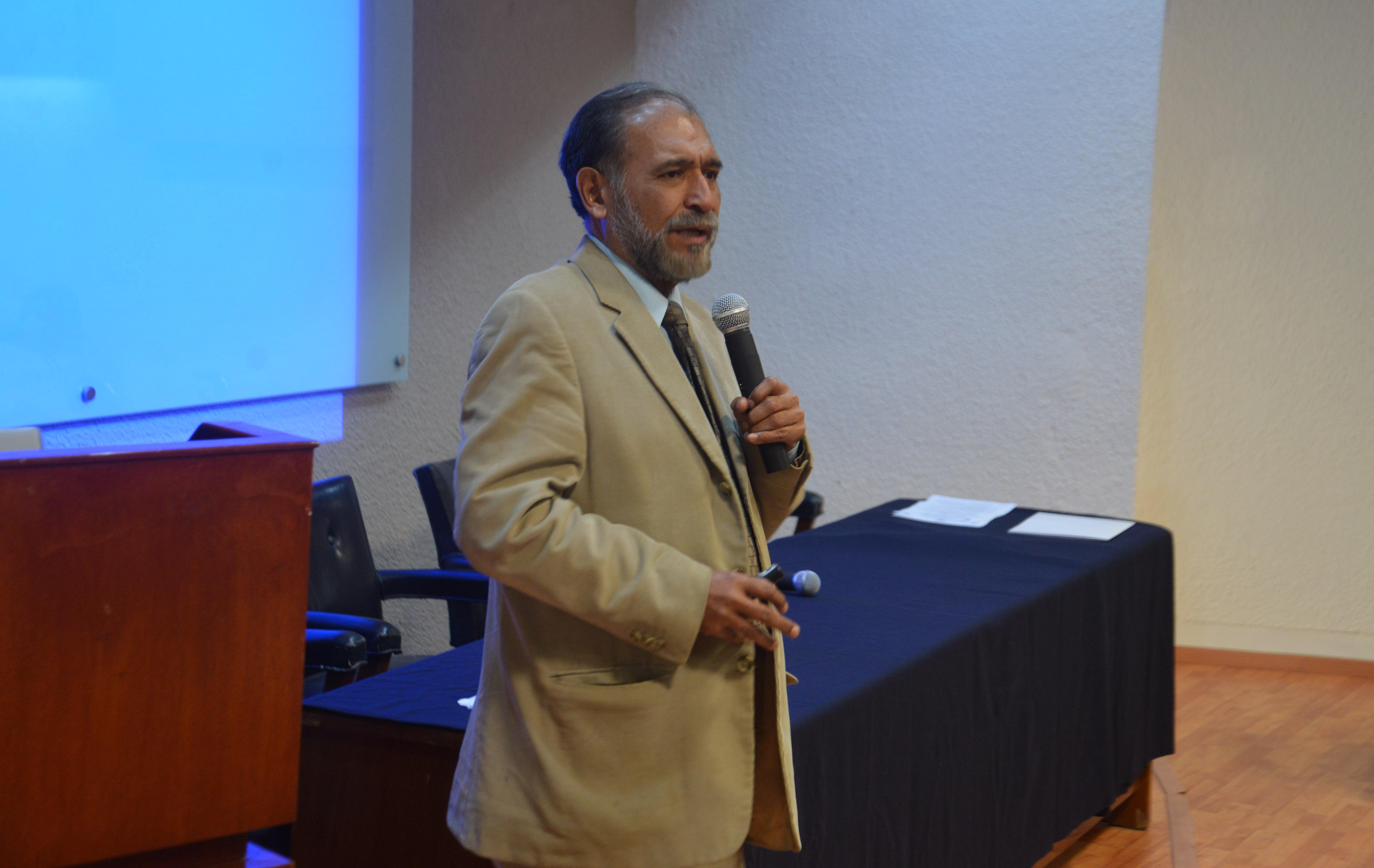 Dr. René Corcker dictando conferencia