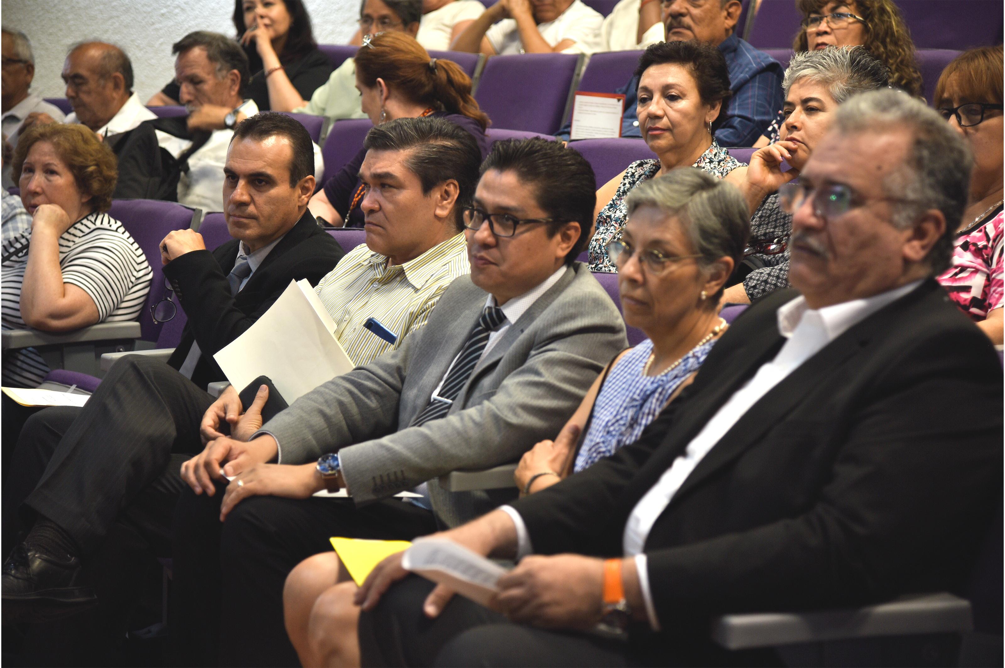 Rector del CUCS como asistente al homenaje póstumo del Dr. Mercado