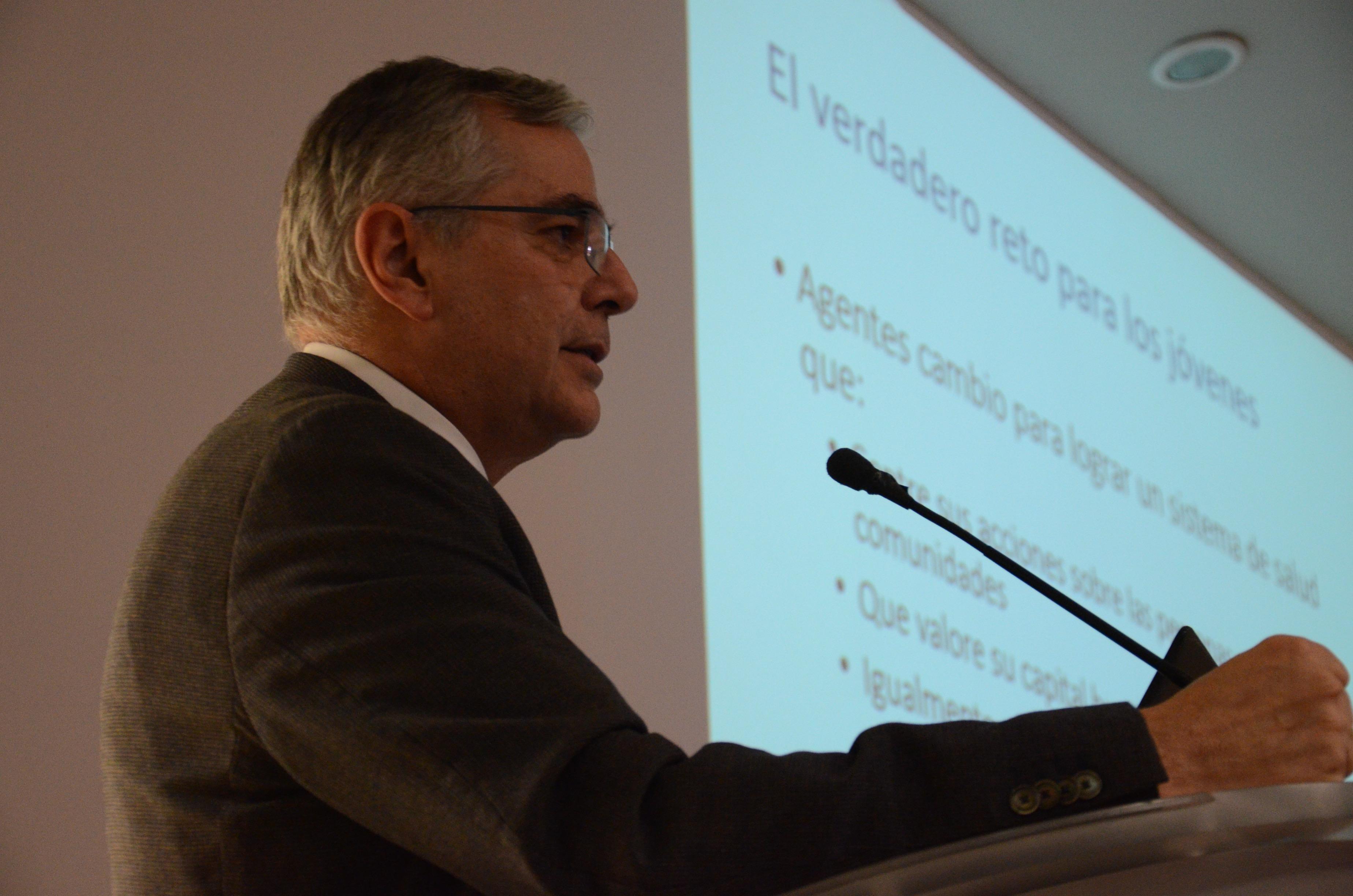 Dr. Mauricio Hernández Ávila dictando conferencia