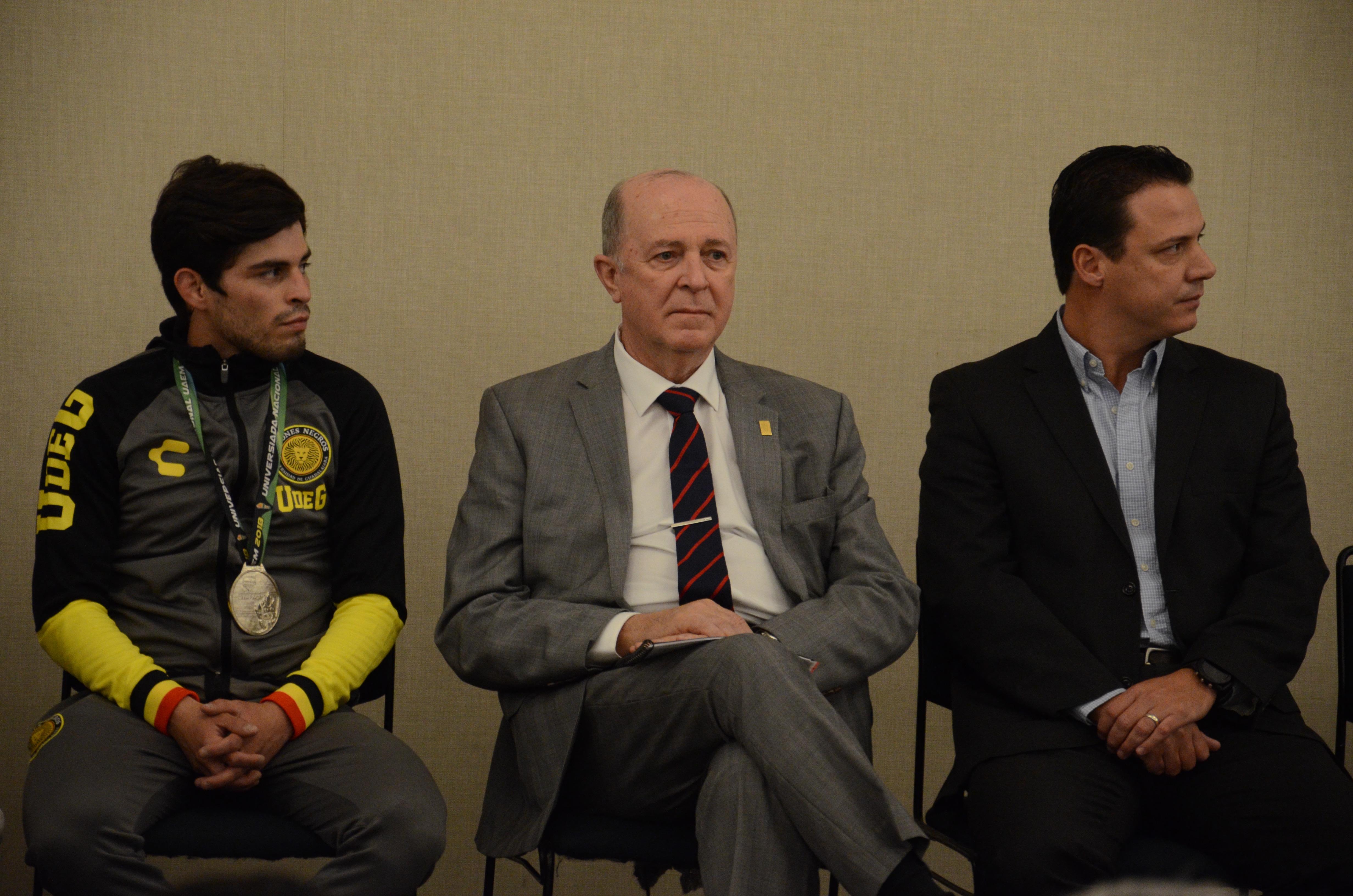 Rector General a su izquierda el director general del Code y a su derecha alumna medallista del CUCEA