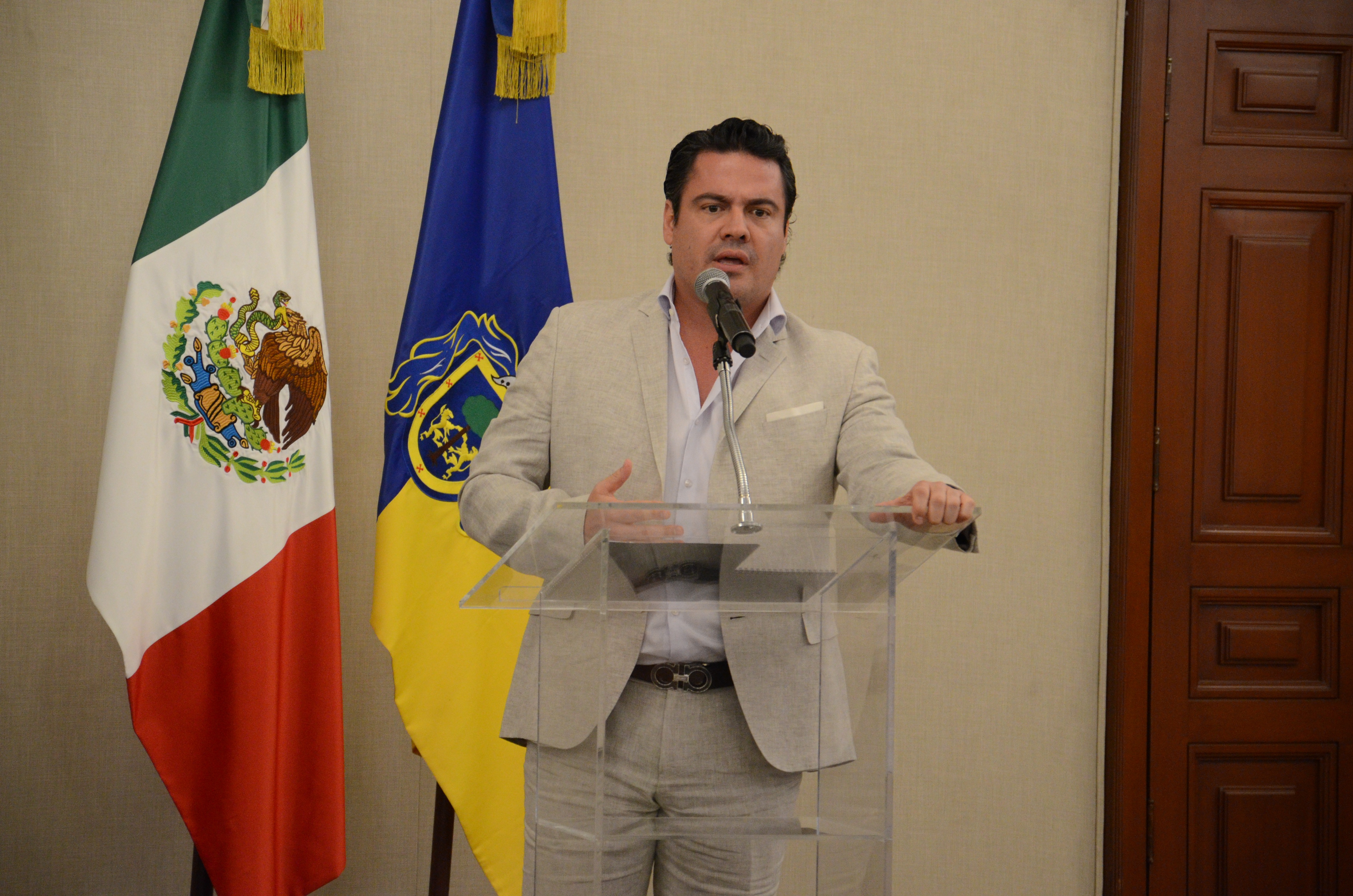 Gobernador de Jalisco ofreciendo discurso a medallistas