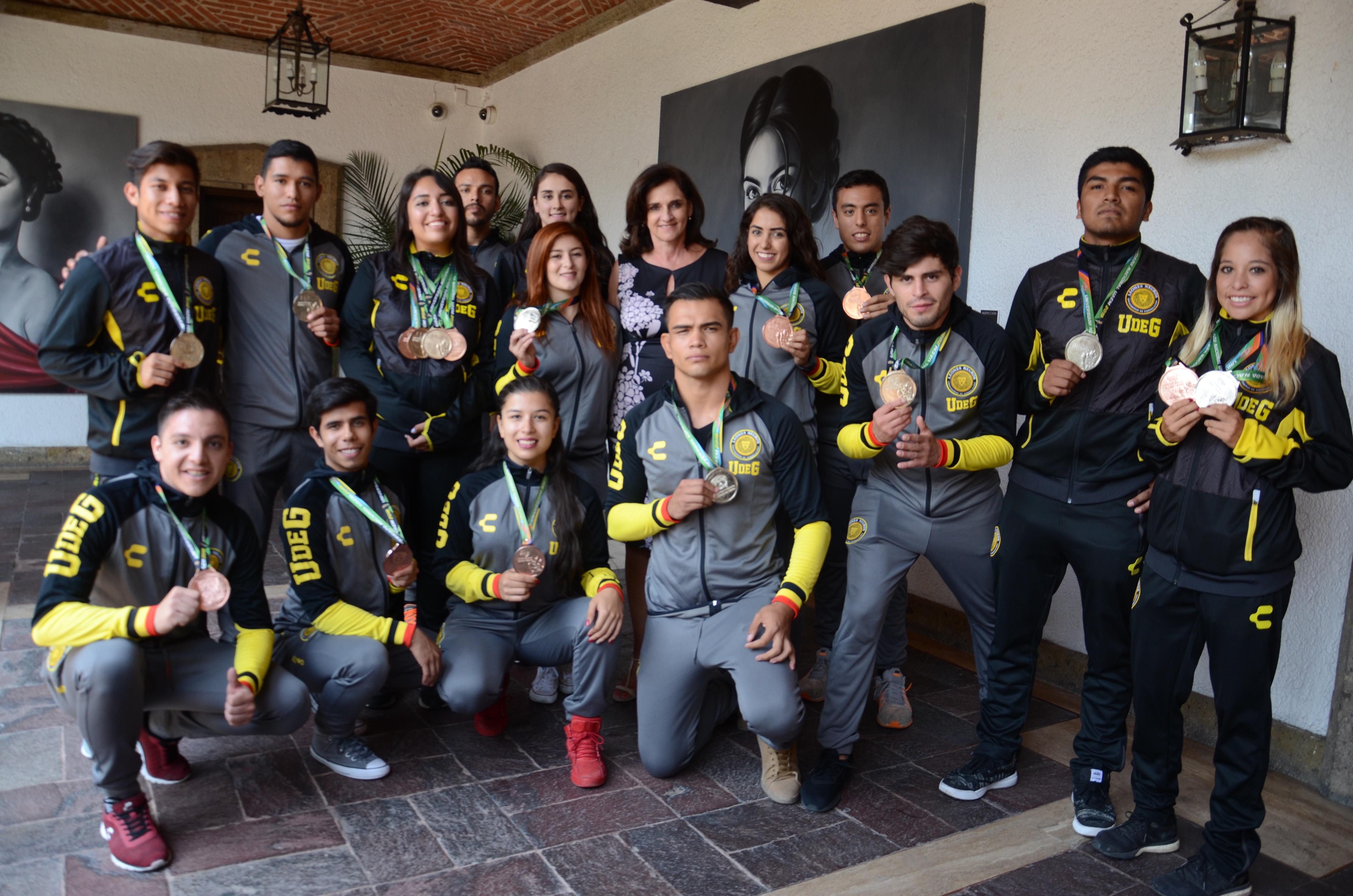 Foto grupal solo medallistas del CUCS
