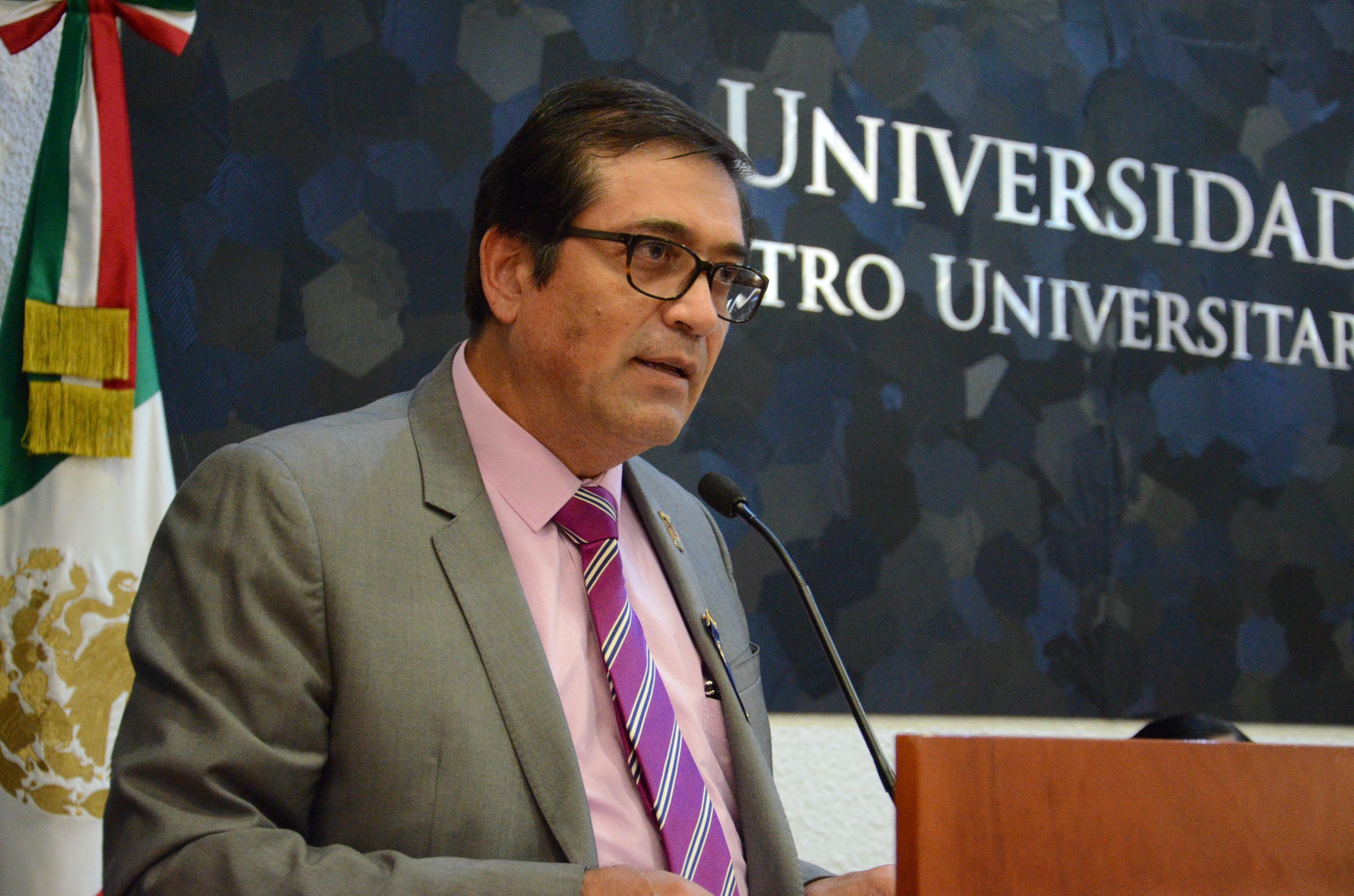 Dr. Sergio Villaseñor Ballardo, ofreciendo discurso a académcos
