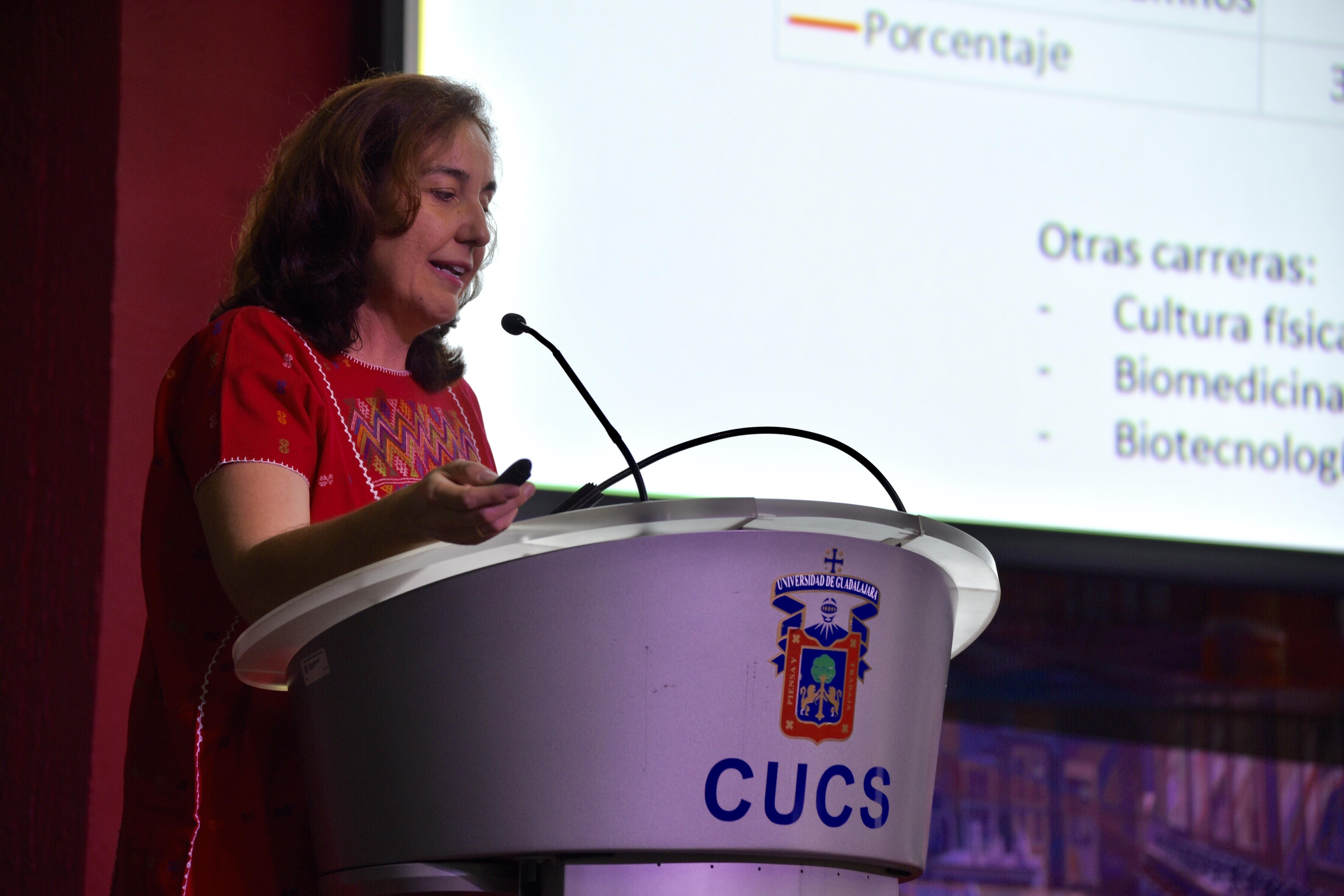 Coordinadora de Investigación en el pódium