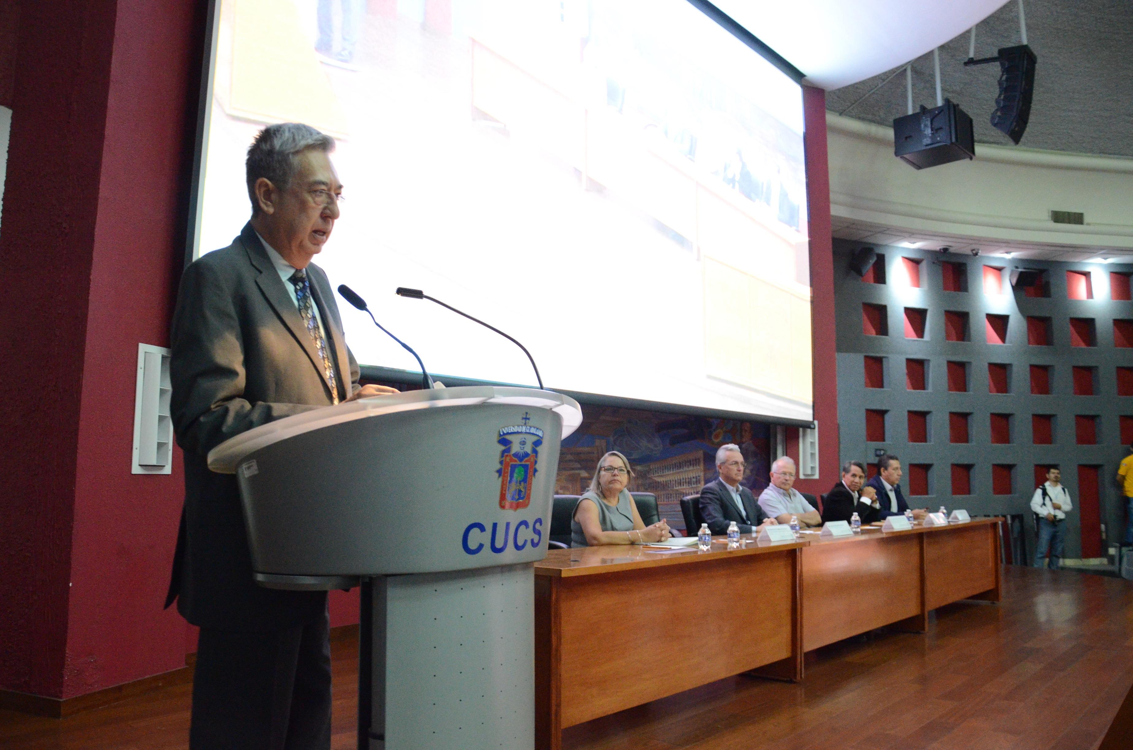 Secretario Académico del CUCS dando lectura al CV del secretario de Salud