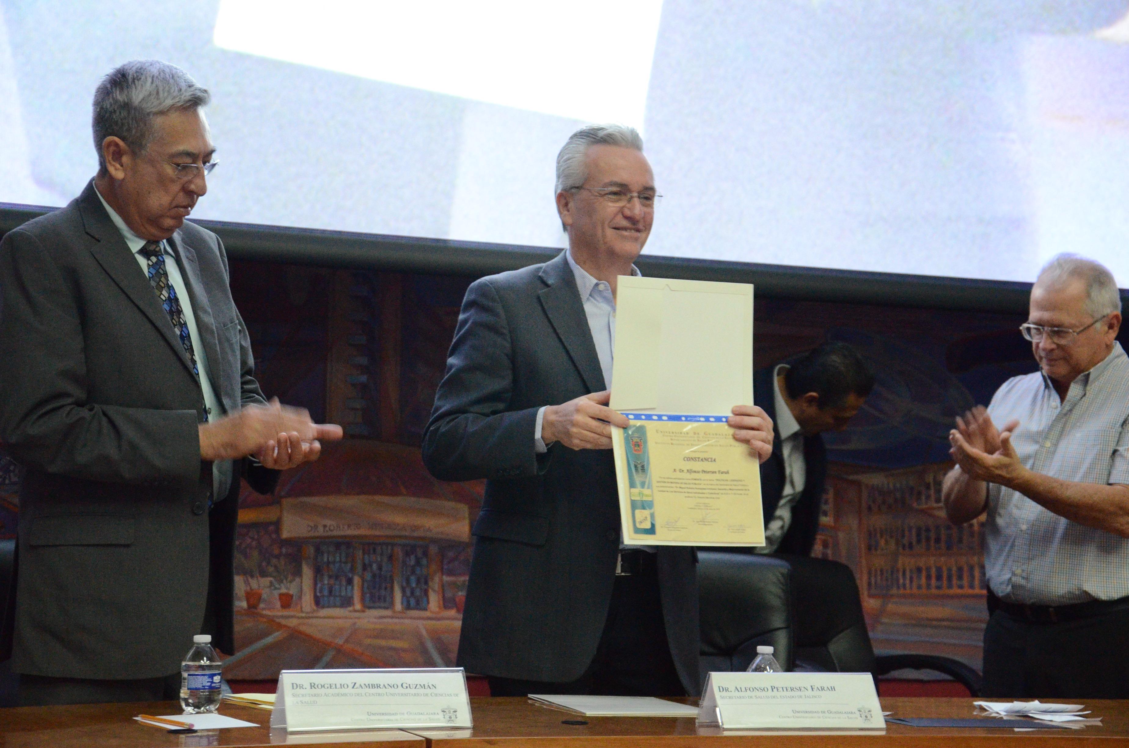Secretario de Salud exhibiendo reconocimiento