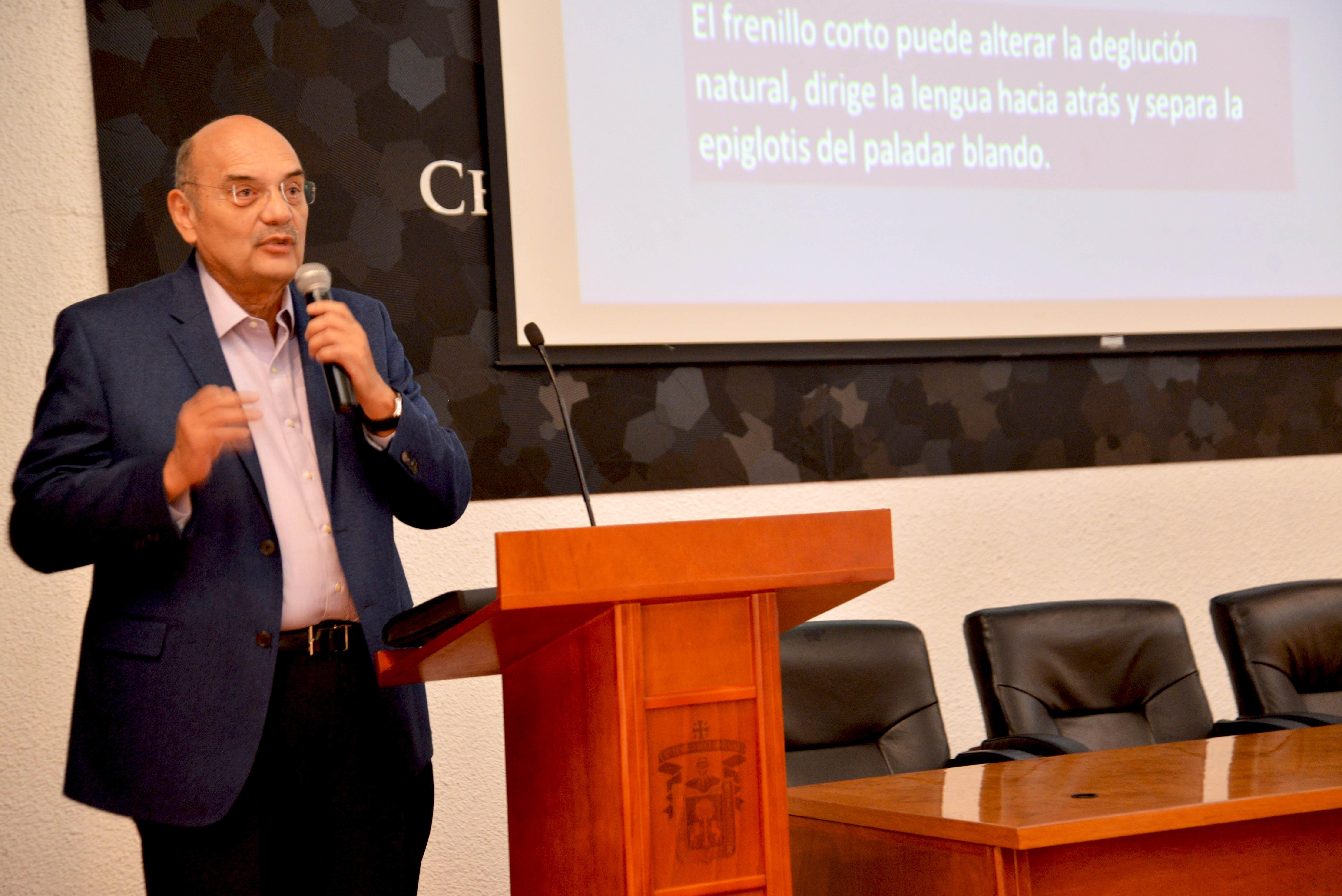 Dr. Pedro Arenas Aréchiga impartiendo conferencia en CUCS