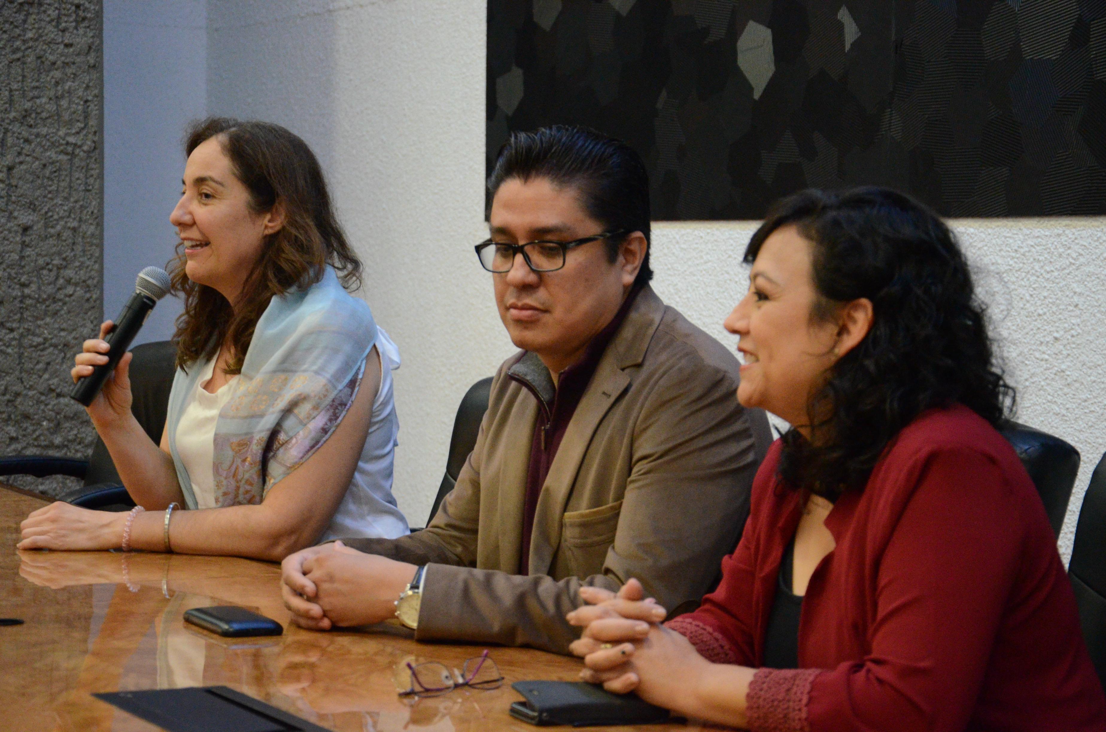 Miembros del presídium, al microfono la coordinadora de Investigación
