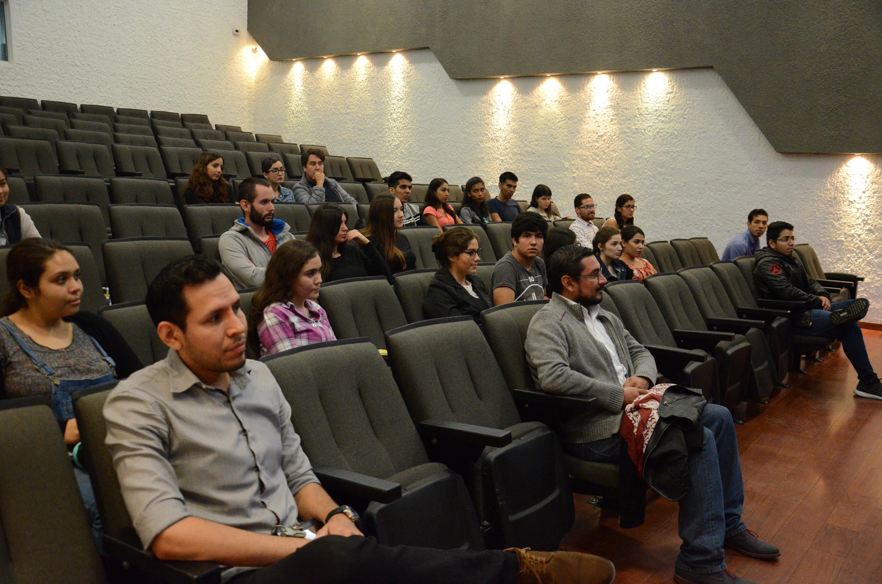Foto general del auditorio con asistentes al Verano de Investigación