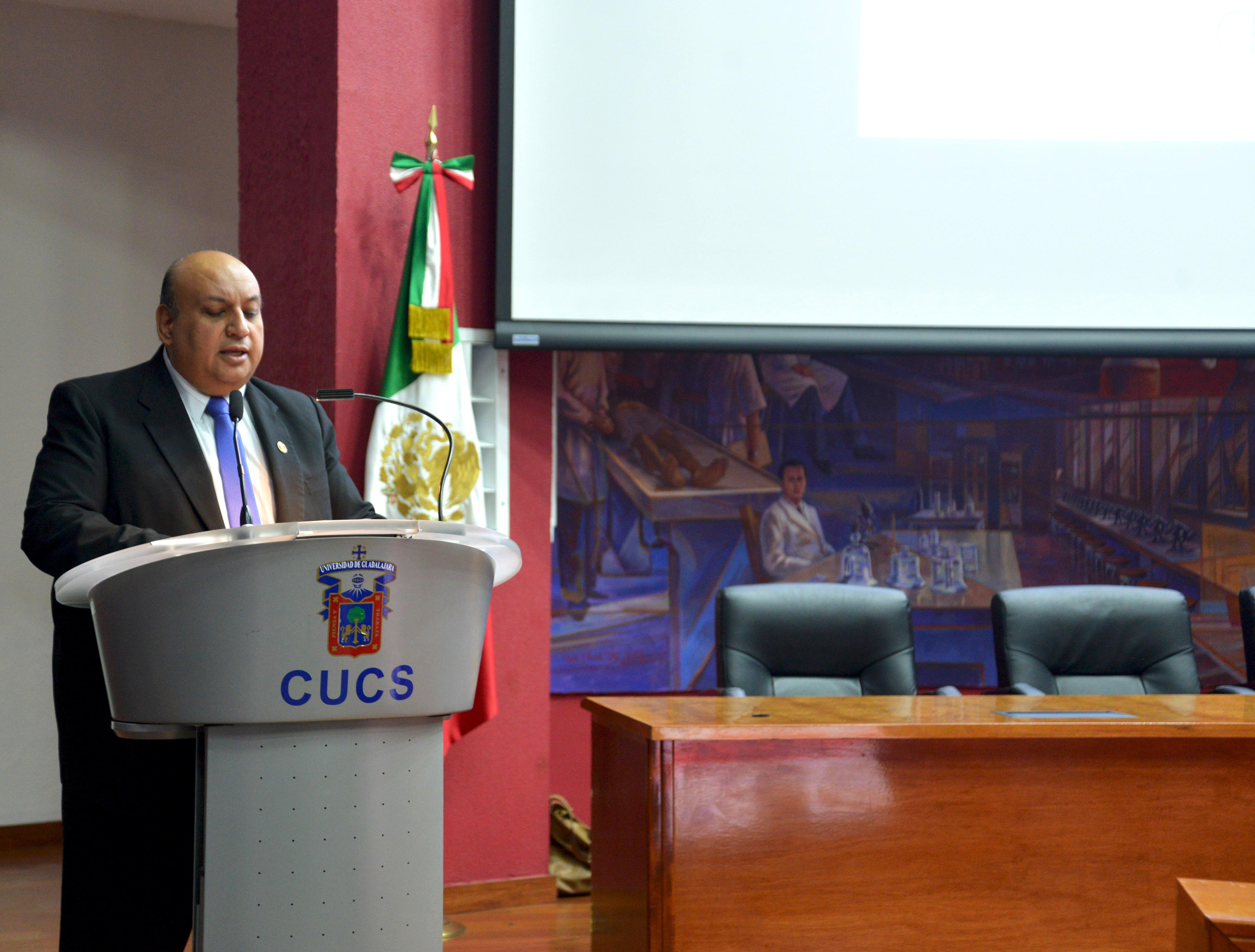 Mtro. Francisco Gutérrez Rodríguez dando la bienvenida y exponiendo el currículom del conferencista