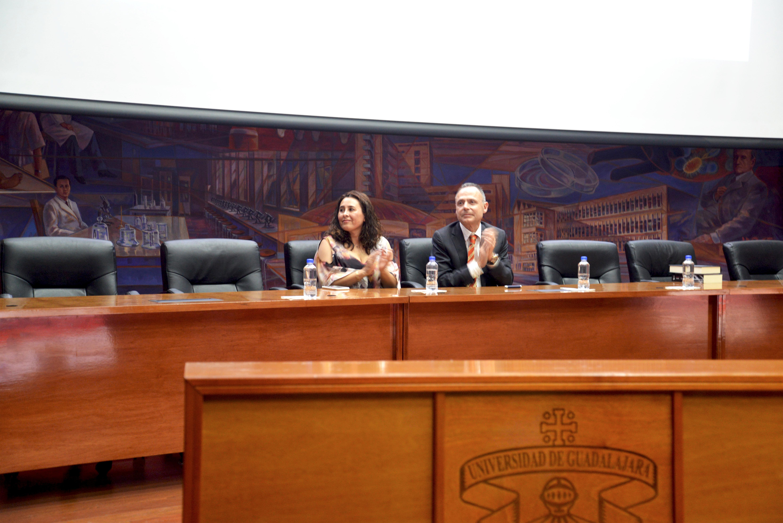 Dr. Caludia Chan y Dr. Vicente Garrido ocupando la mesa del presidium