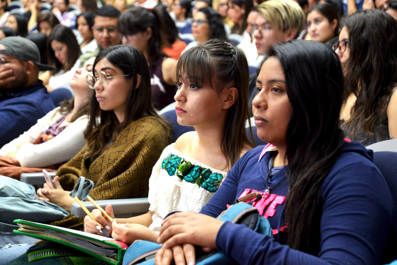 Alumnos atentos a la conferencia del Dr. Garrido
