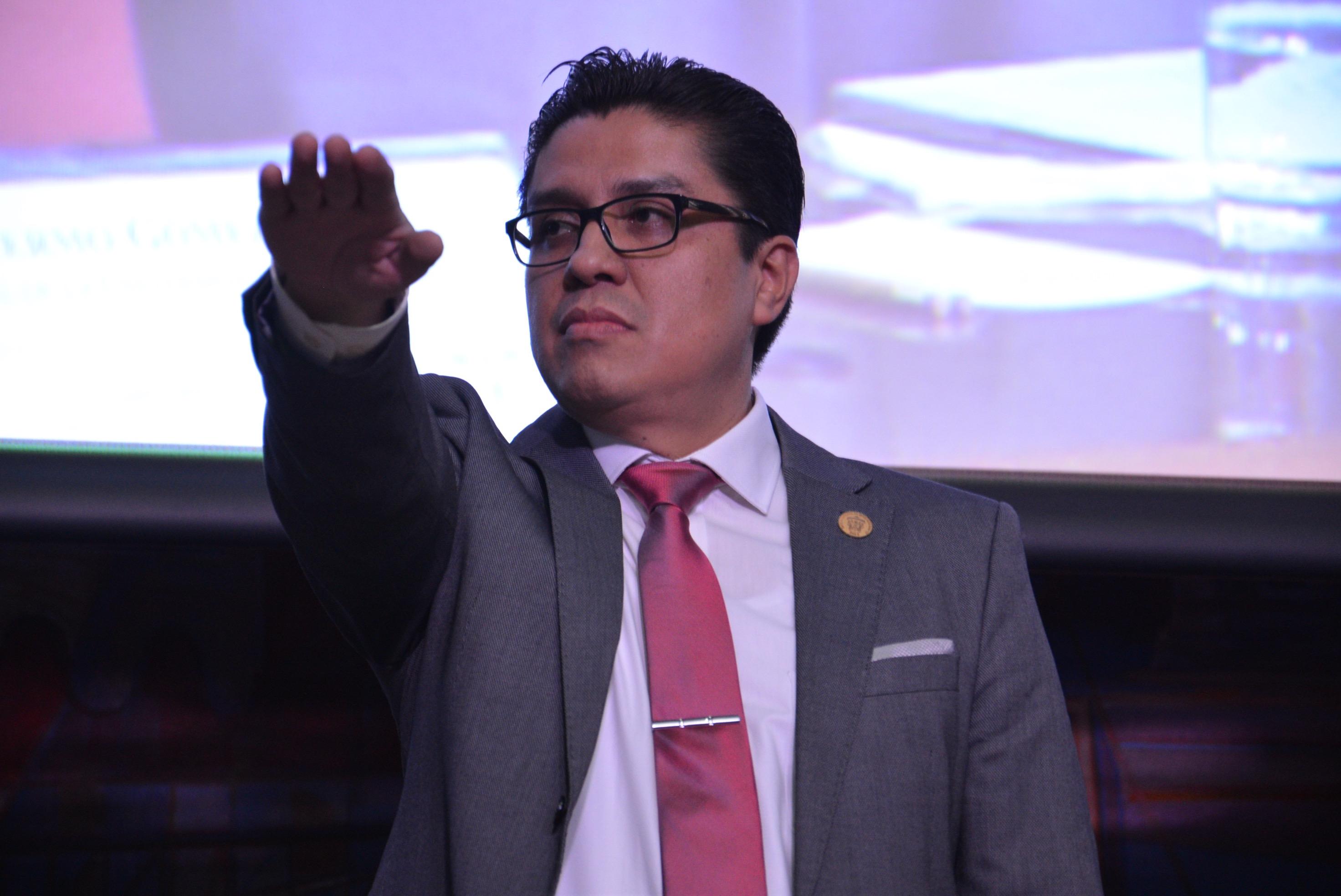 Dr. José Francisco Muñoz Valle tomando protesta. Toma de cerca