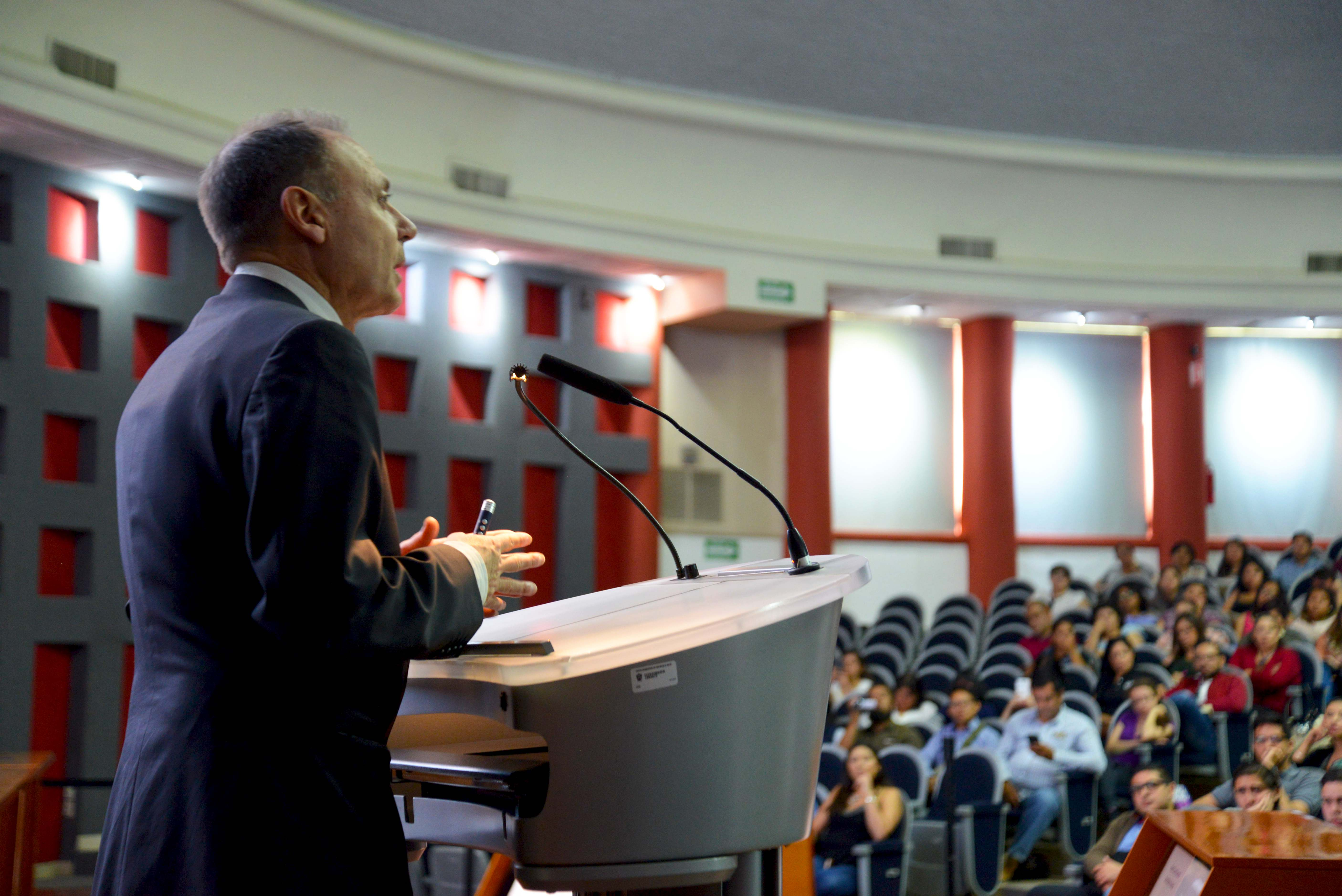 Toma de perfil del Dr. Vicente Garrido Genovés dictando conferencia en CUCS