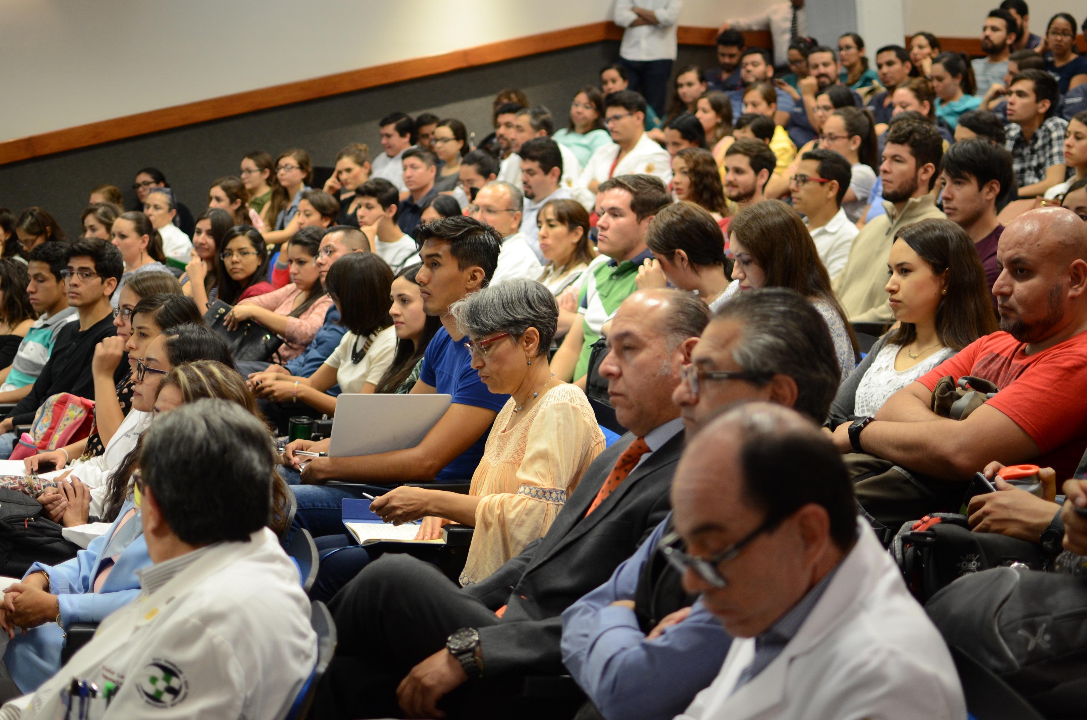 Asistentes al evento, el auditorio luce lleno