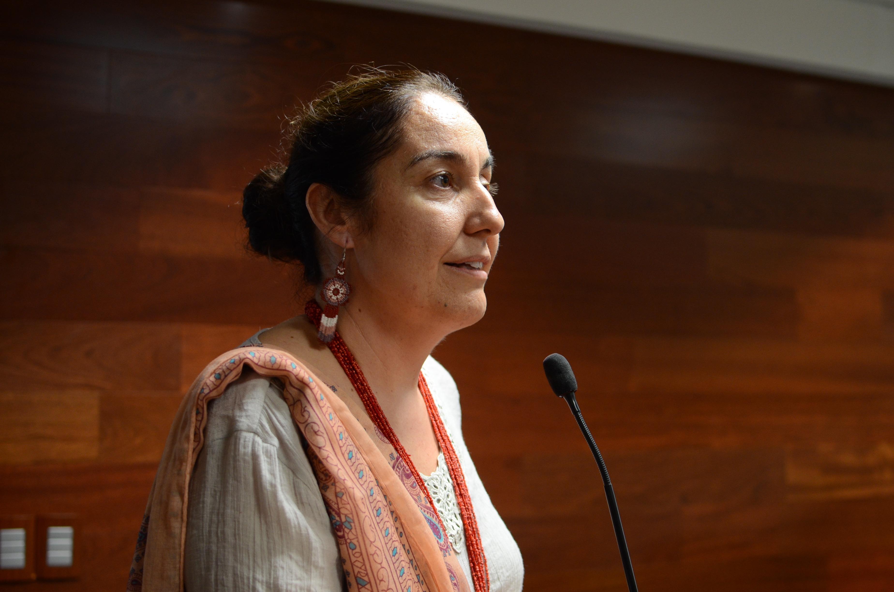 Dra Bárbara Vizmanos haciendo uso de la voz en representación del rector