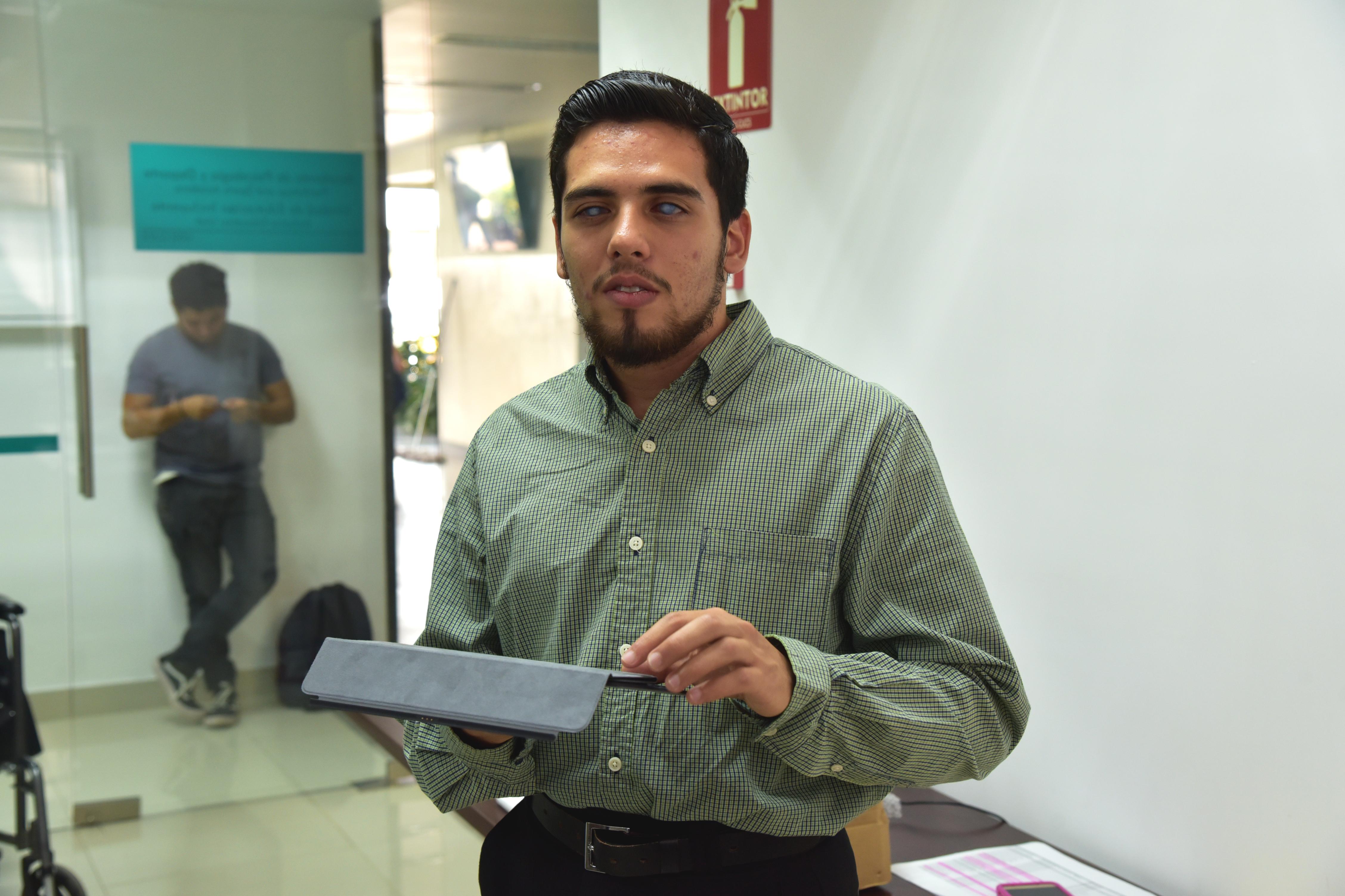 Martín Cortés, sostiene en sus manos el iPad que le otorgaron