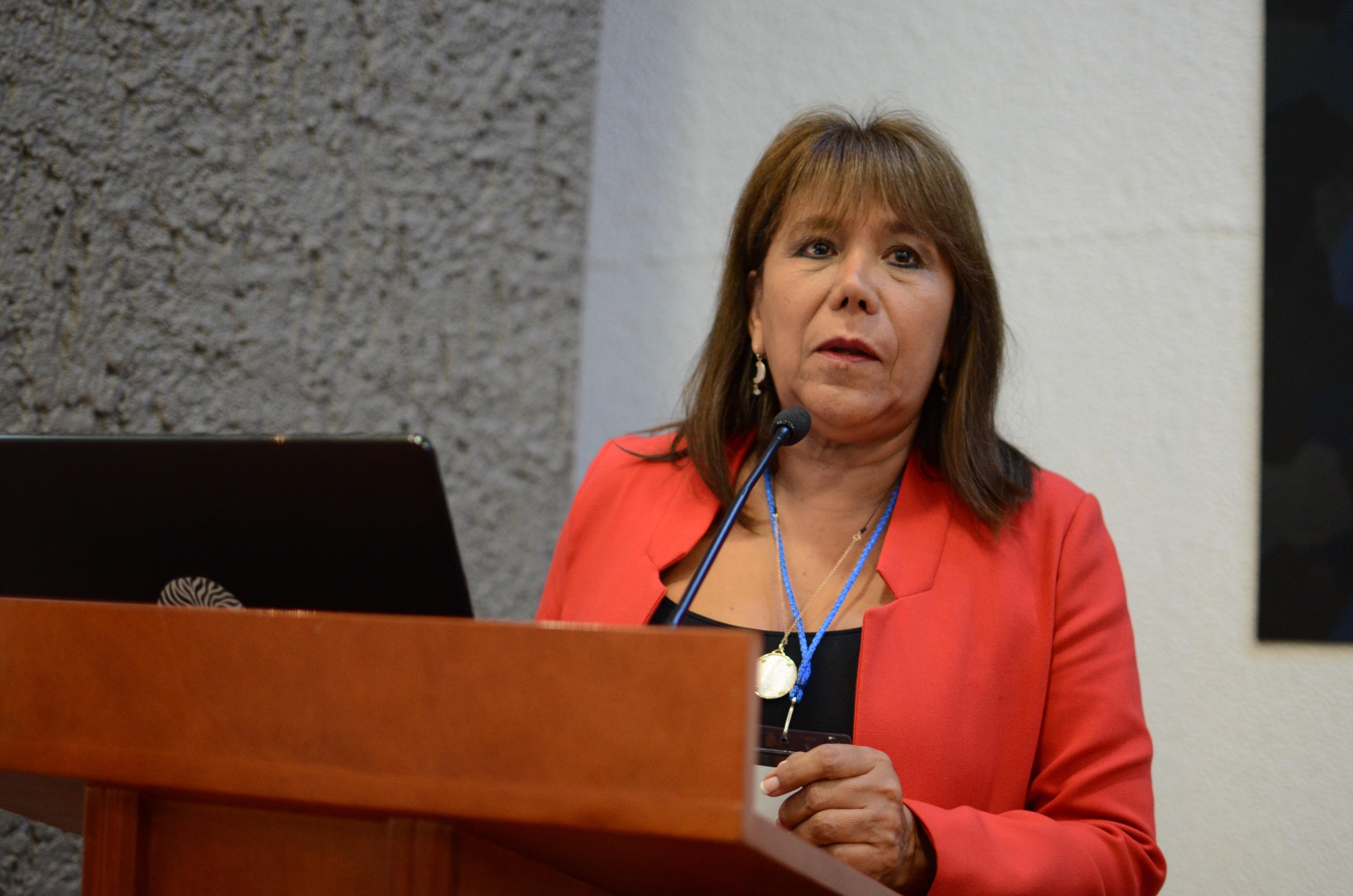 Coordinadora Maestría en Salud del Adolescentes en podium
