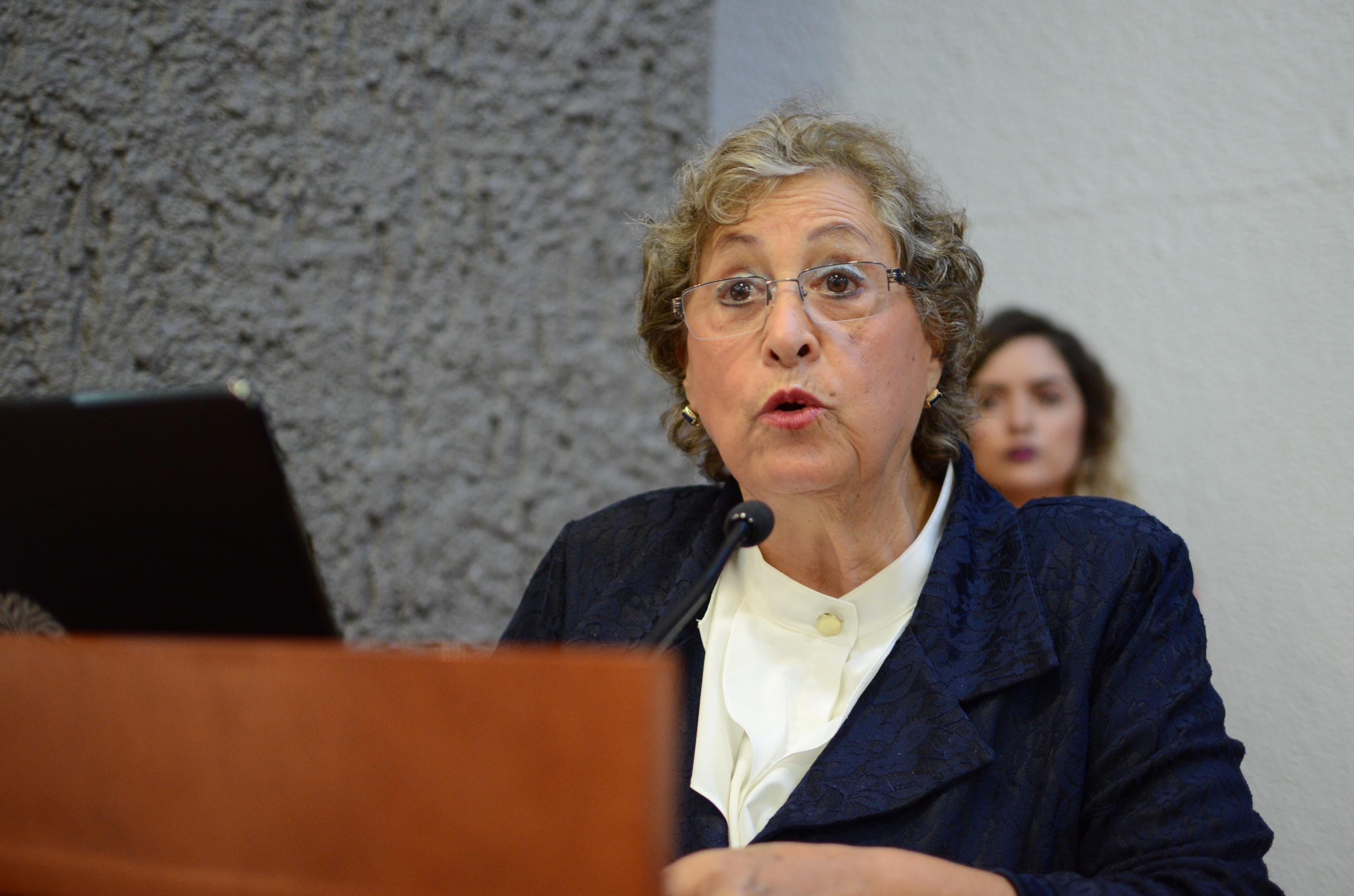 Dra Refugio Cabral en podium