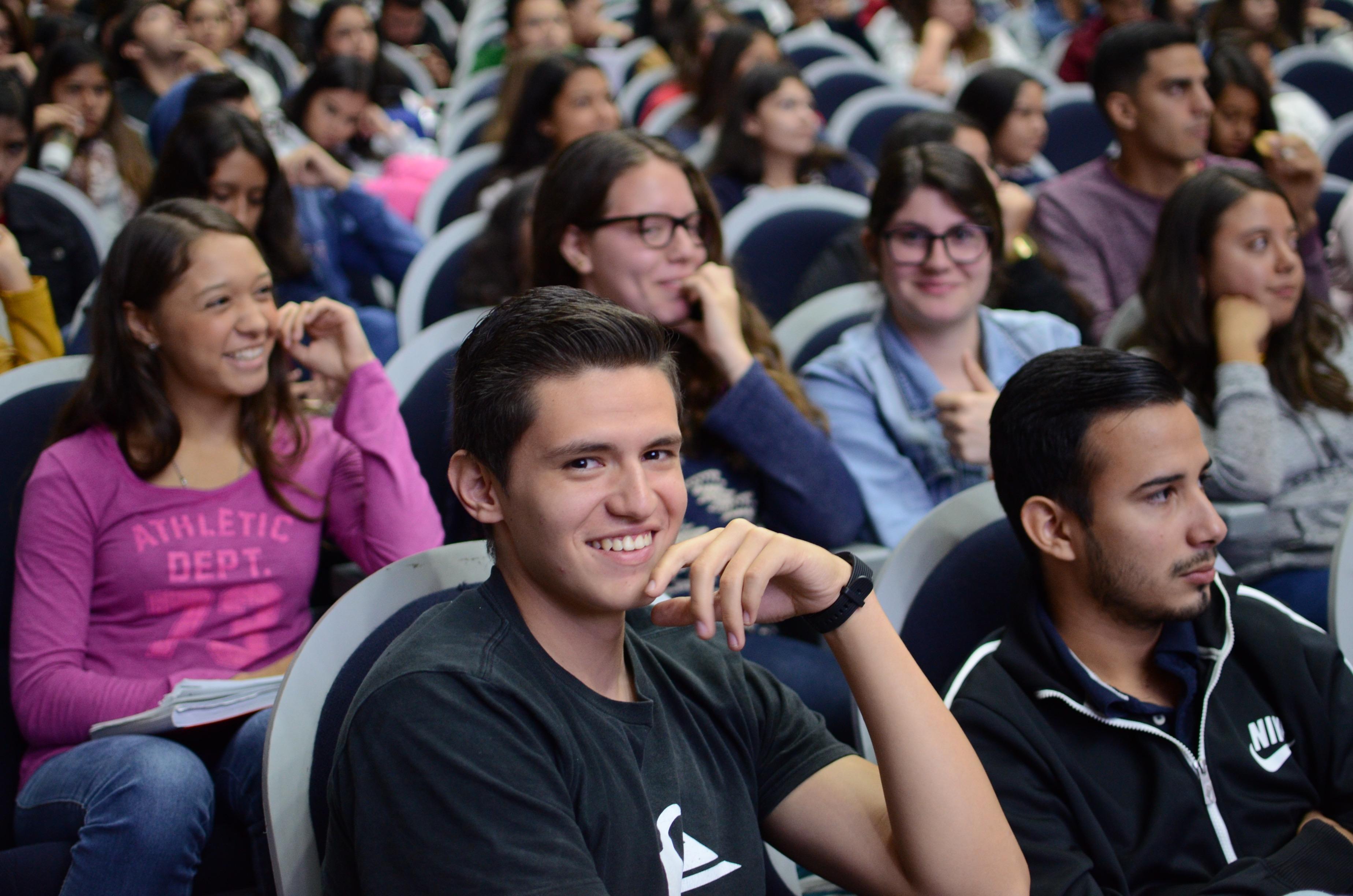 Alumnos asistentes atentos al curso