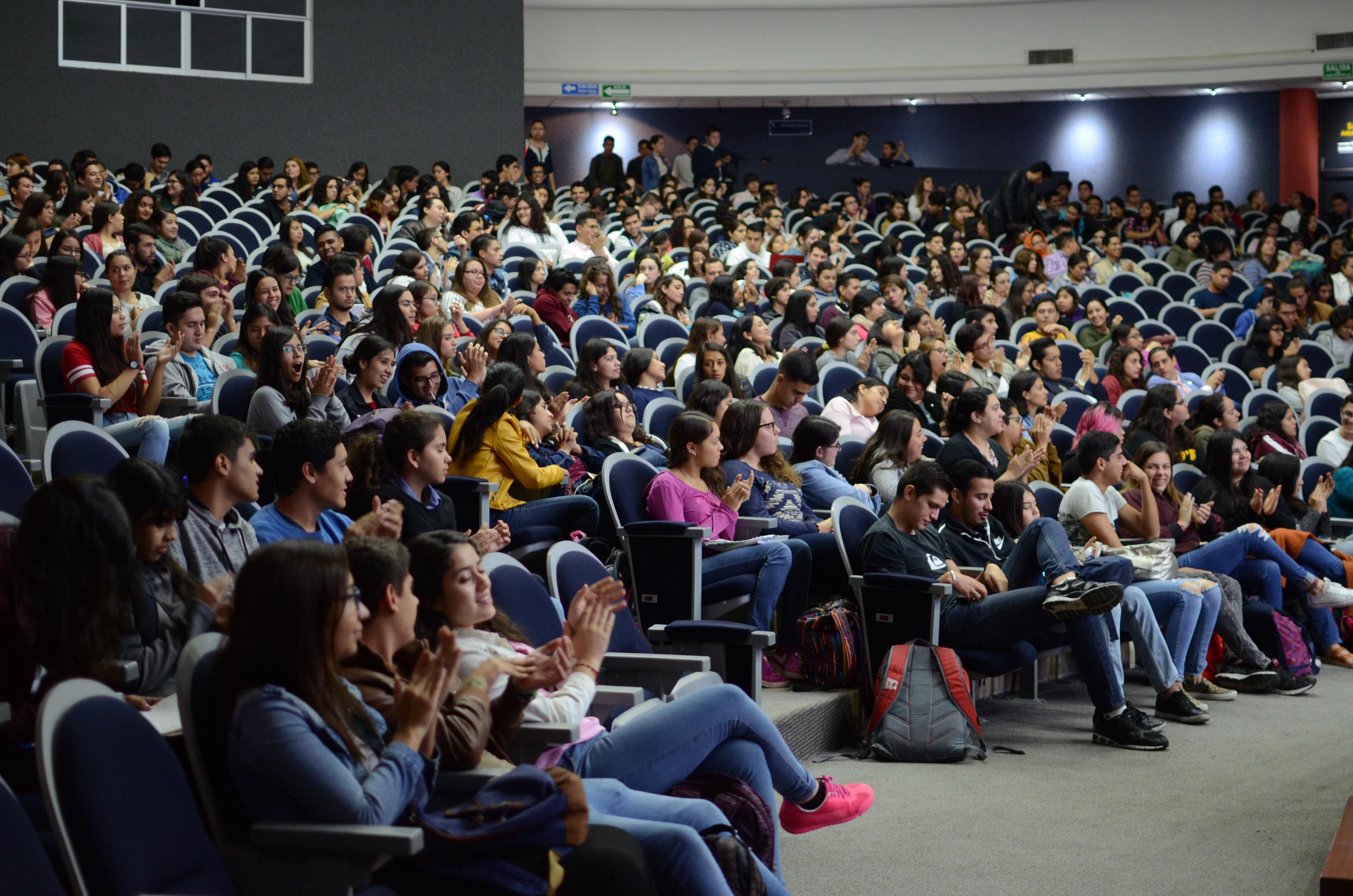Auditorio Roberto Mendiola Orta luce lleno durante del curso