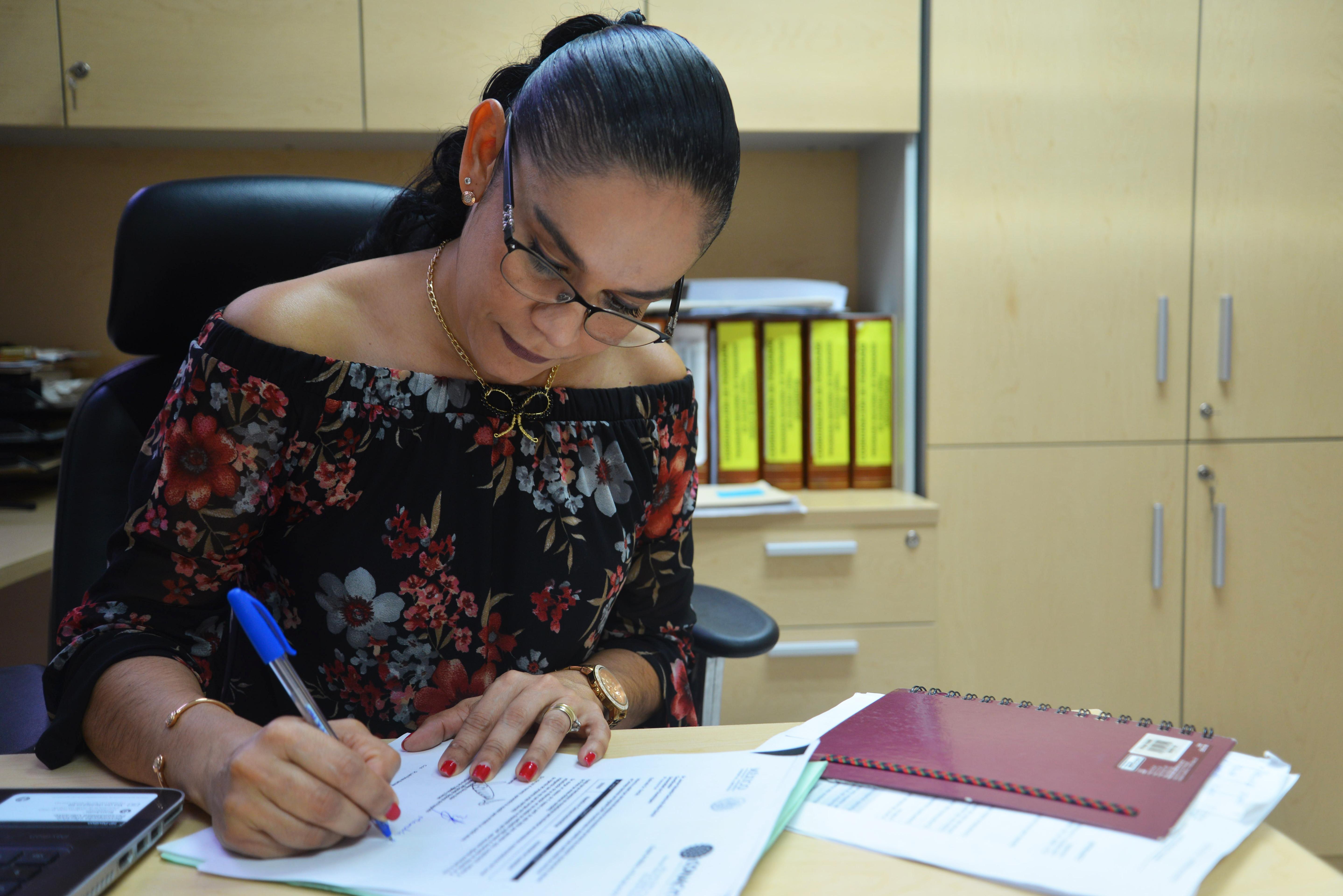 Dra Erika Martínez escribiendo