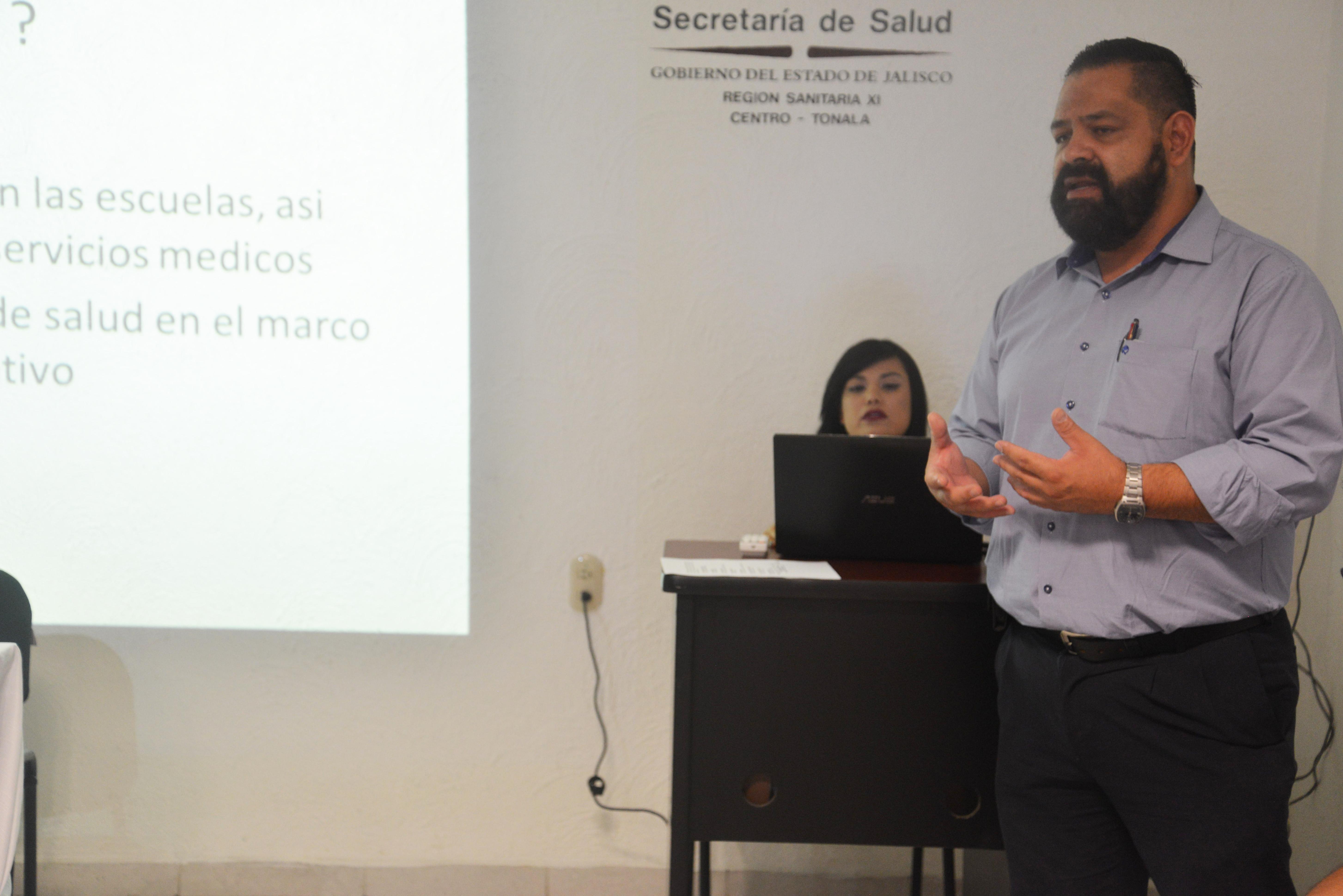 Funcionario de la SSJ ofreciendo resultados del programa