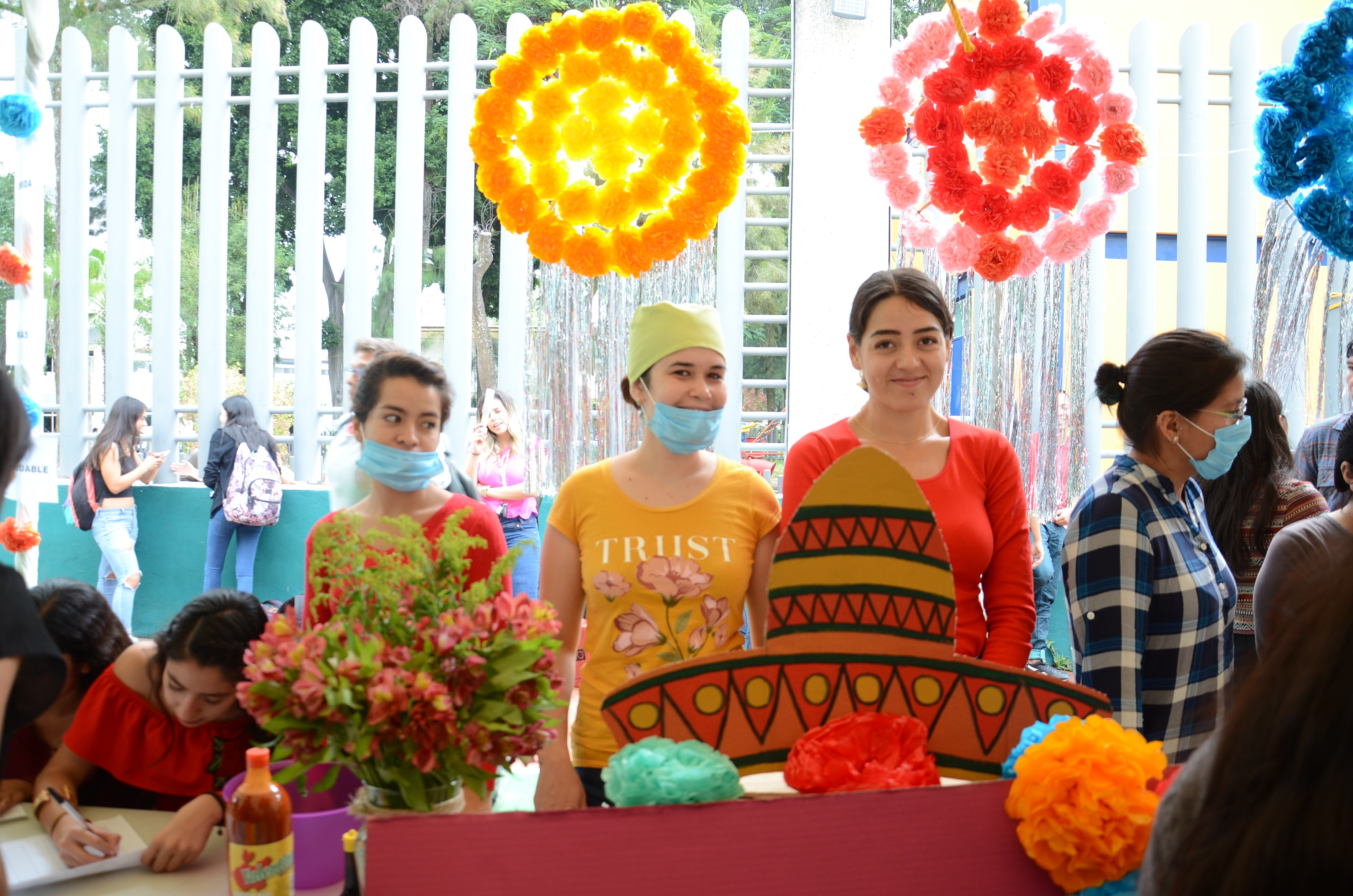 Alumnas en stand exponiendo alimentos