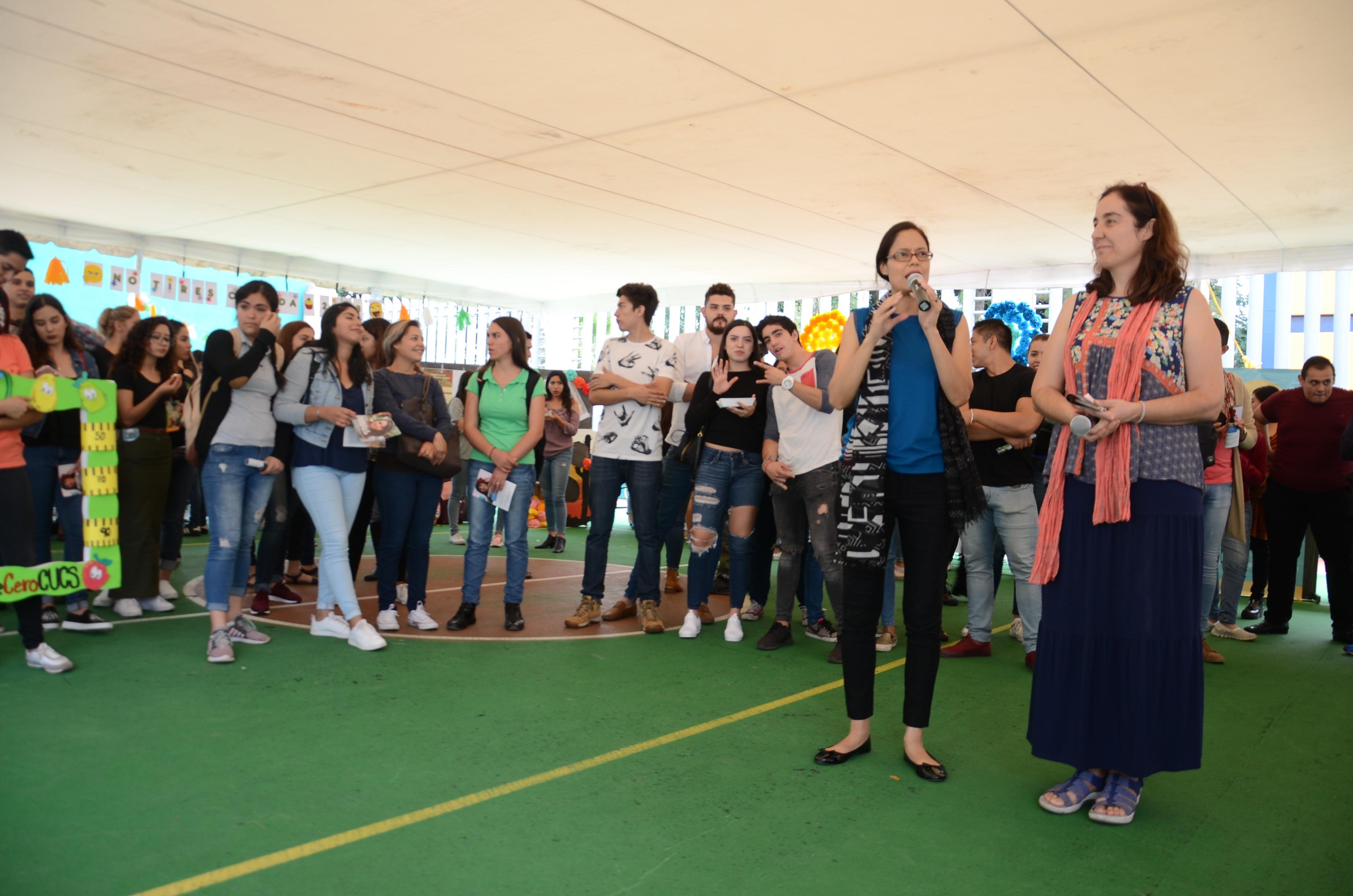 Mtra. Martha Betzaida Altamirando al micrófono dando palabras de bienvenida