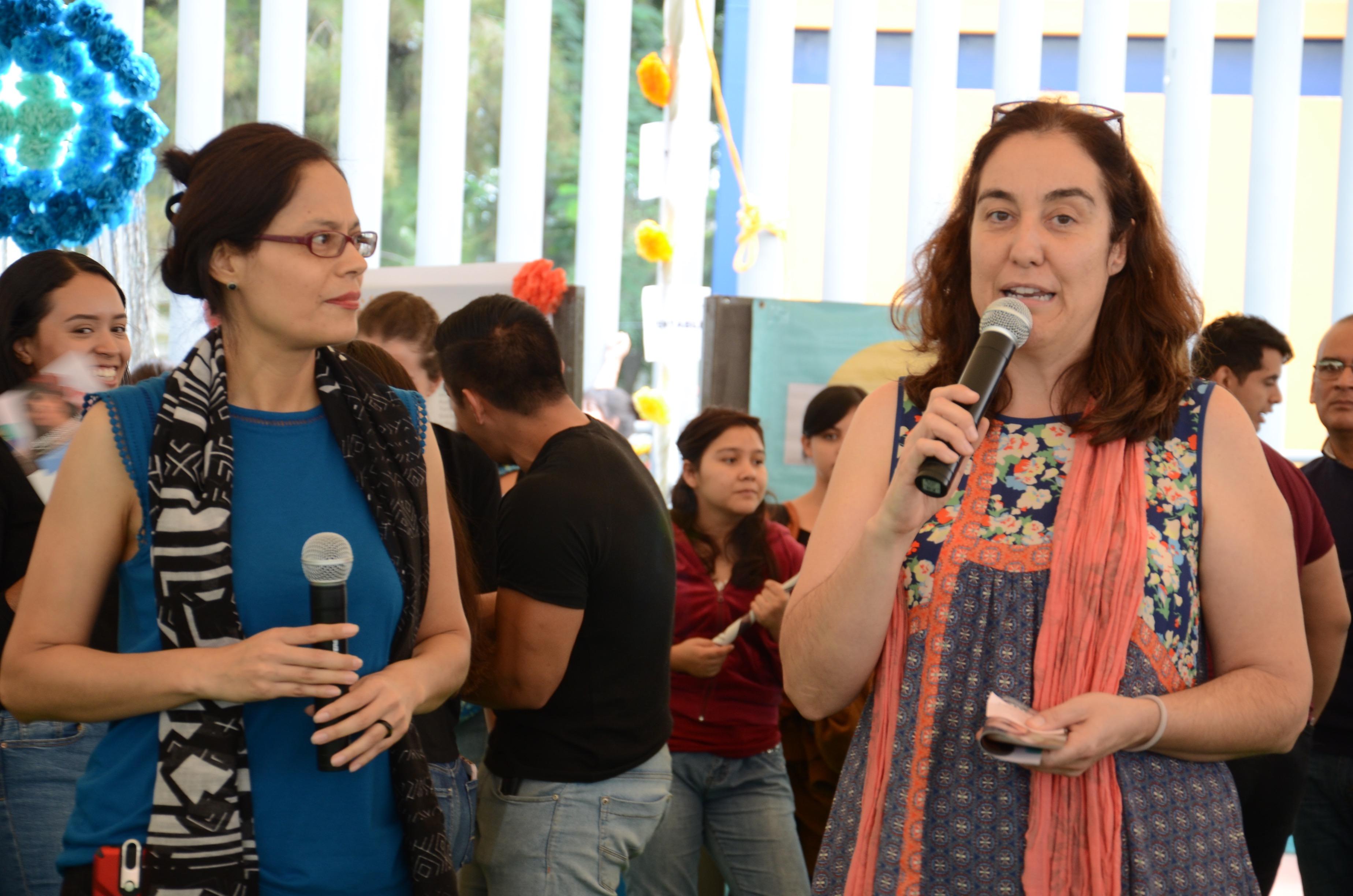 Dra Bárbara Vizmanos al micrófono inaugurando el evento
