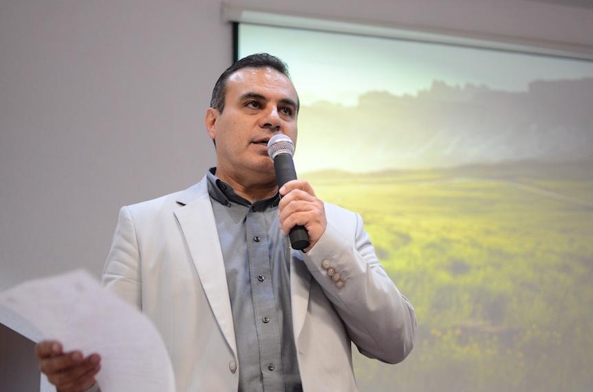 Dr. Igor Ramos Herrera, presentando al Dr. Aflredo Celis de la Rosa durante la inauguración de la conferencia