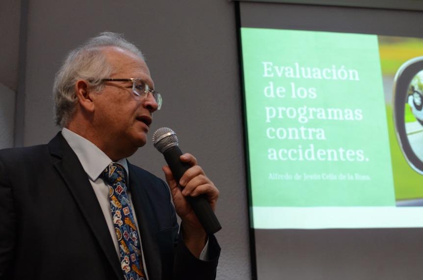 Dr. Alfredo Celis de la Rosa, dictando conferencia