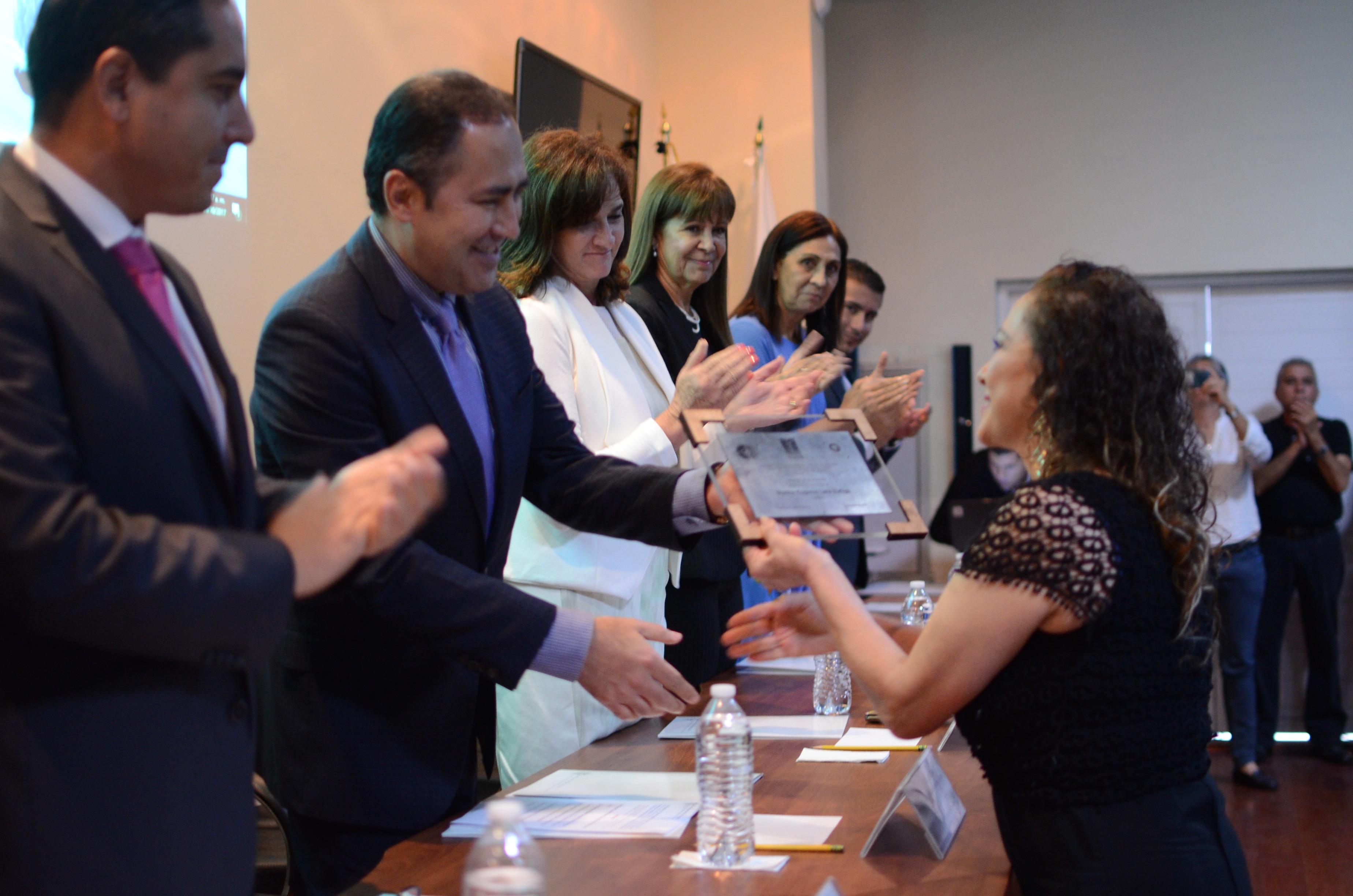 Entrega de reconocimientos a miembros de la primera generación de la licenciatura