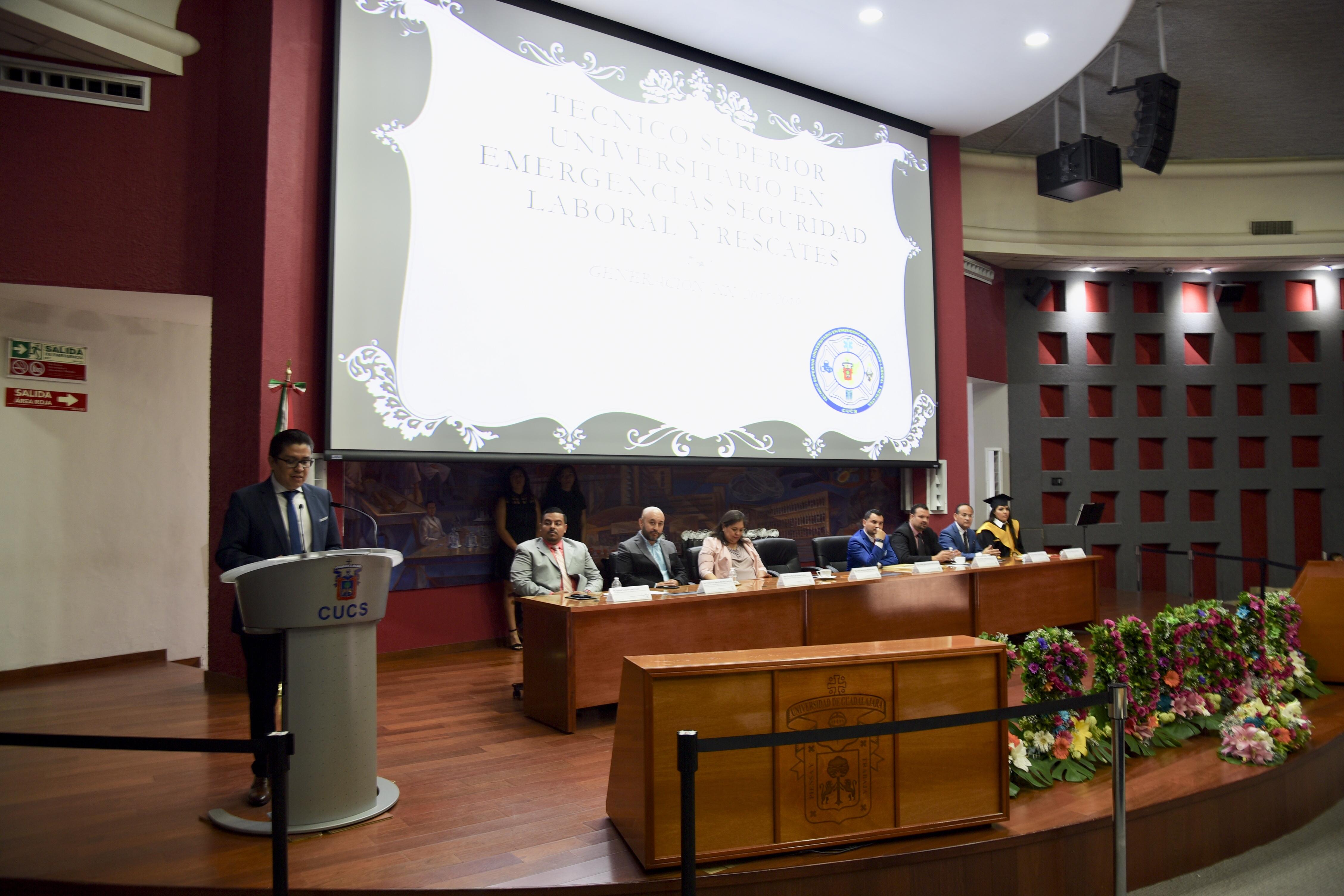 Miembros del presídium y rector del CUCS al podio