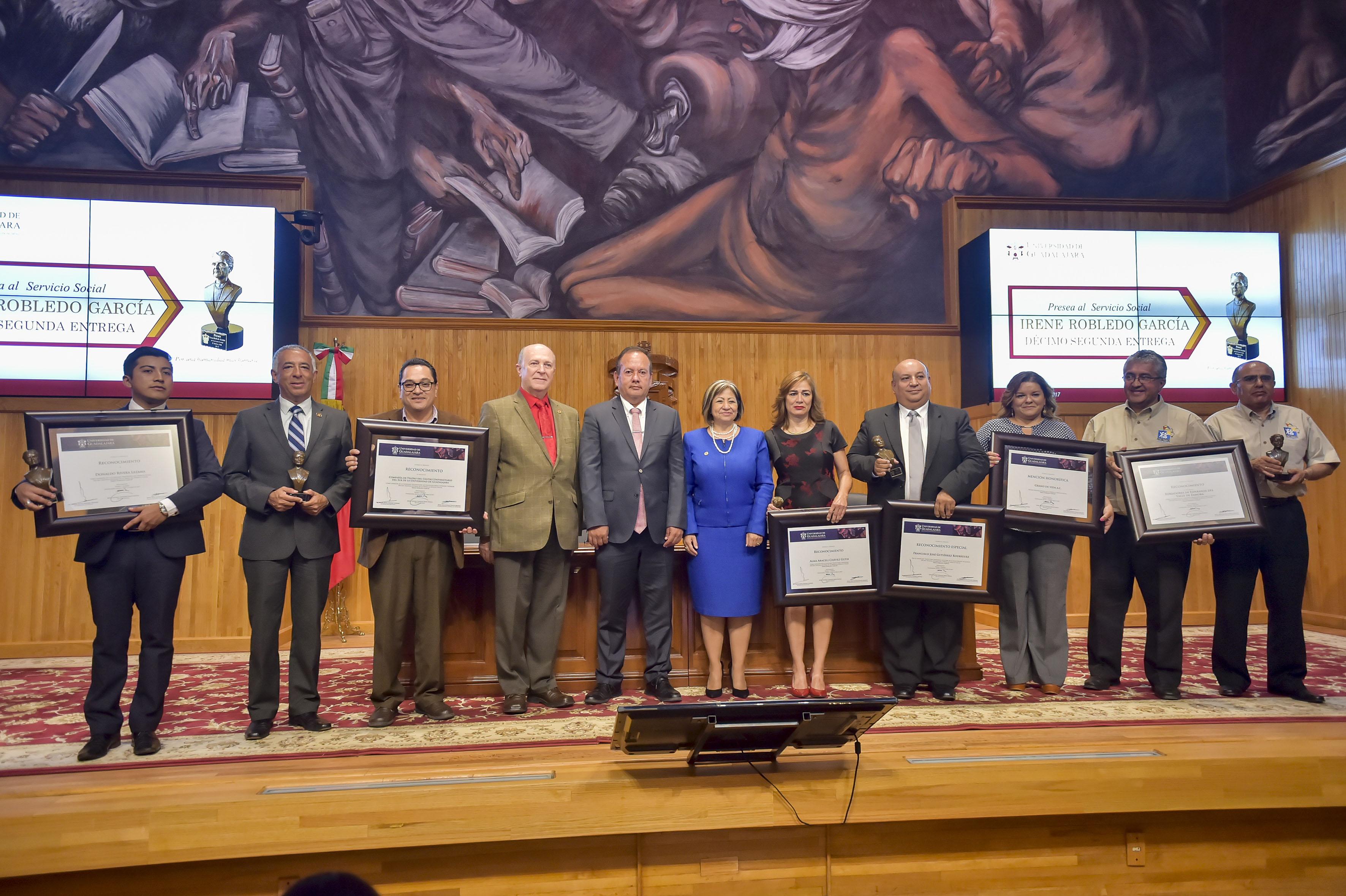 Galardonados con la Presea Irene Robledo García y autoridades universitarias