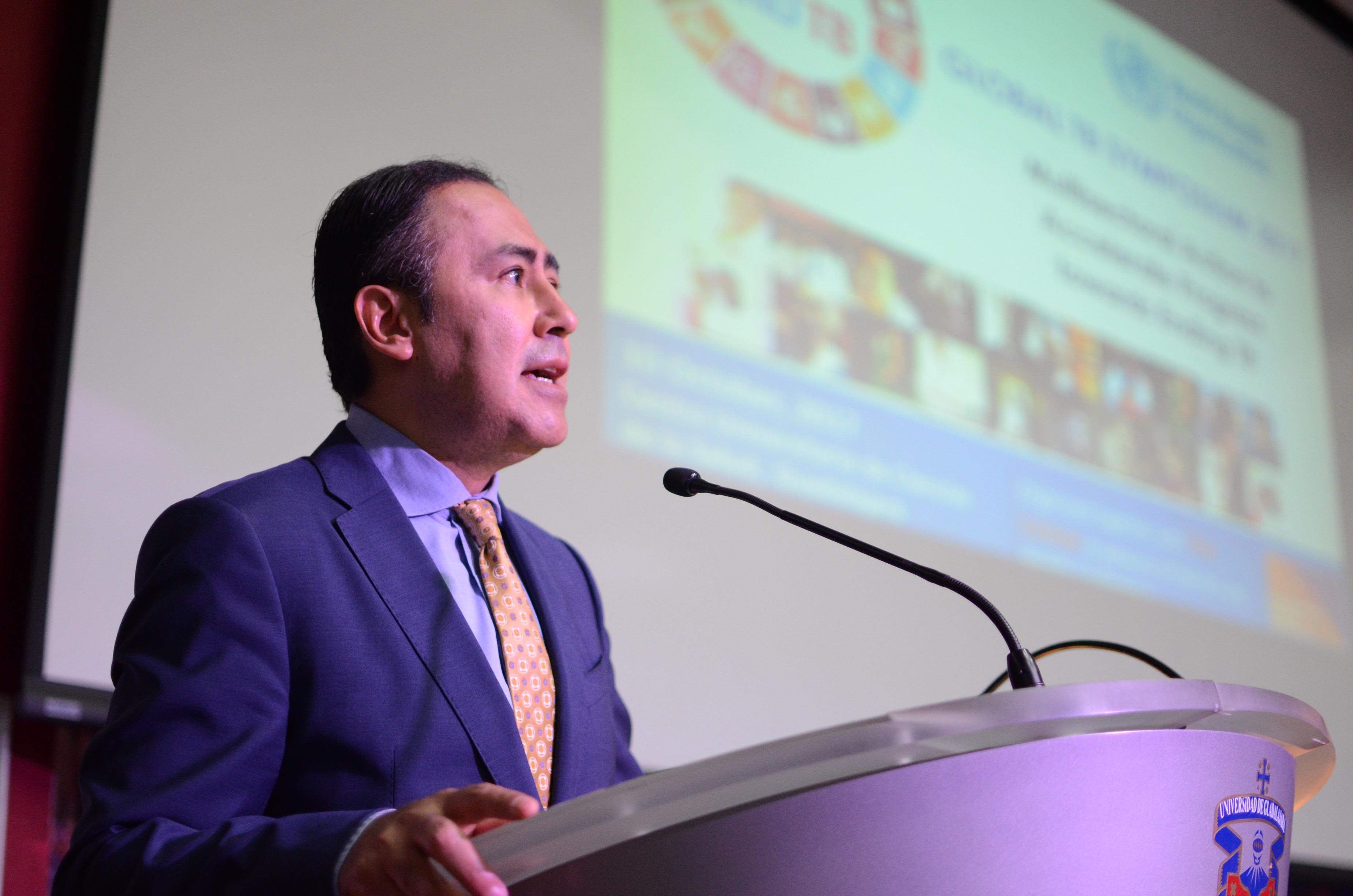 Rector del CUCS habla durante la bienvenida al Simposio Global de Tuberculosis