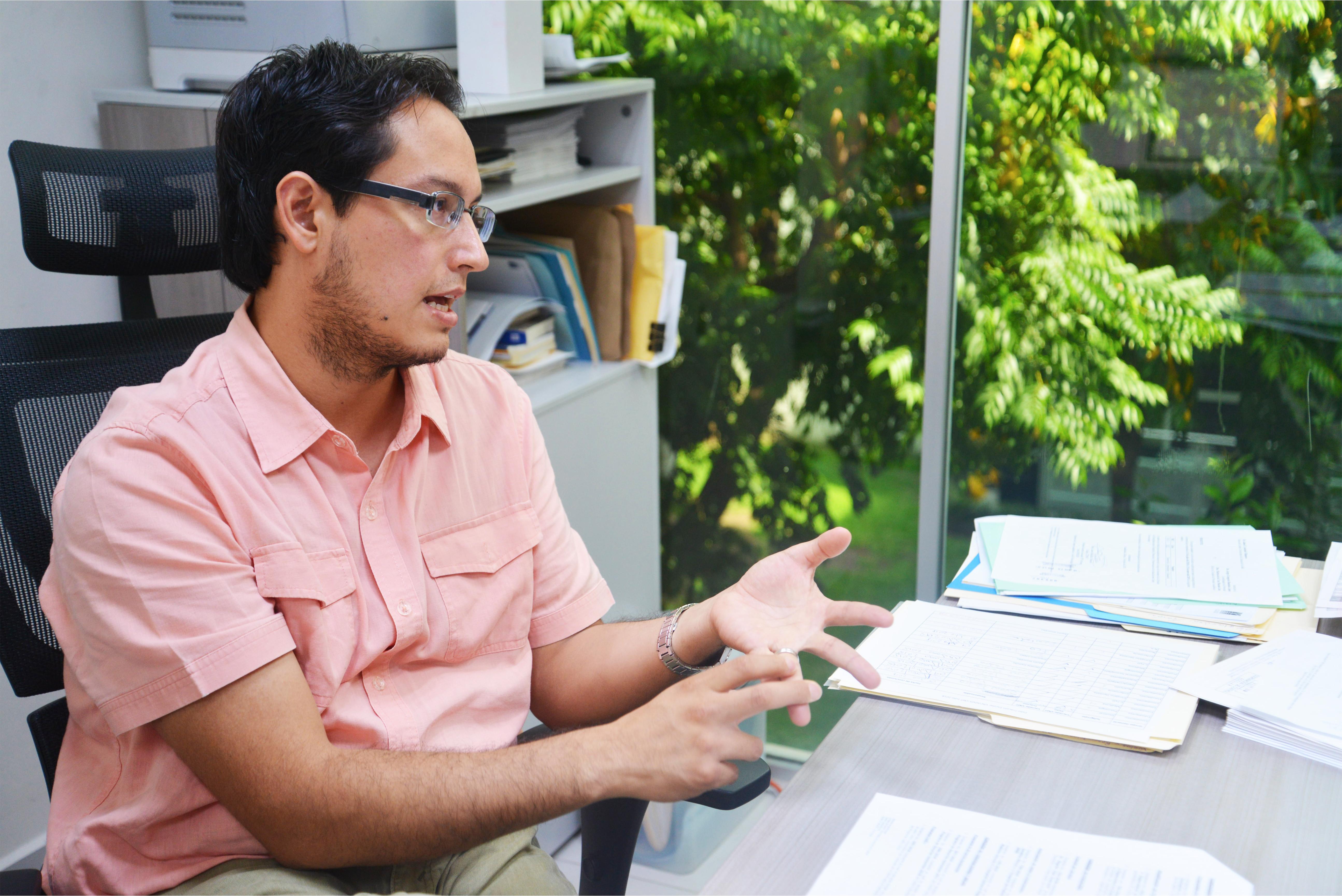 Mtro Aaron González en entrevista