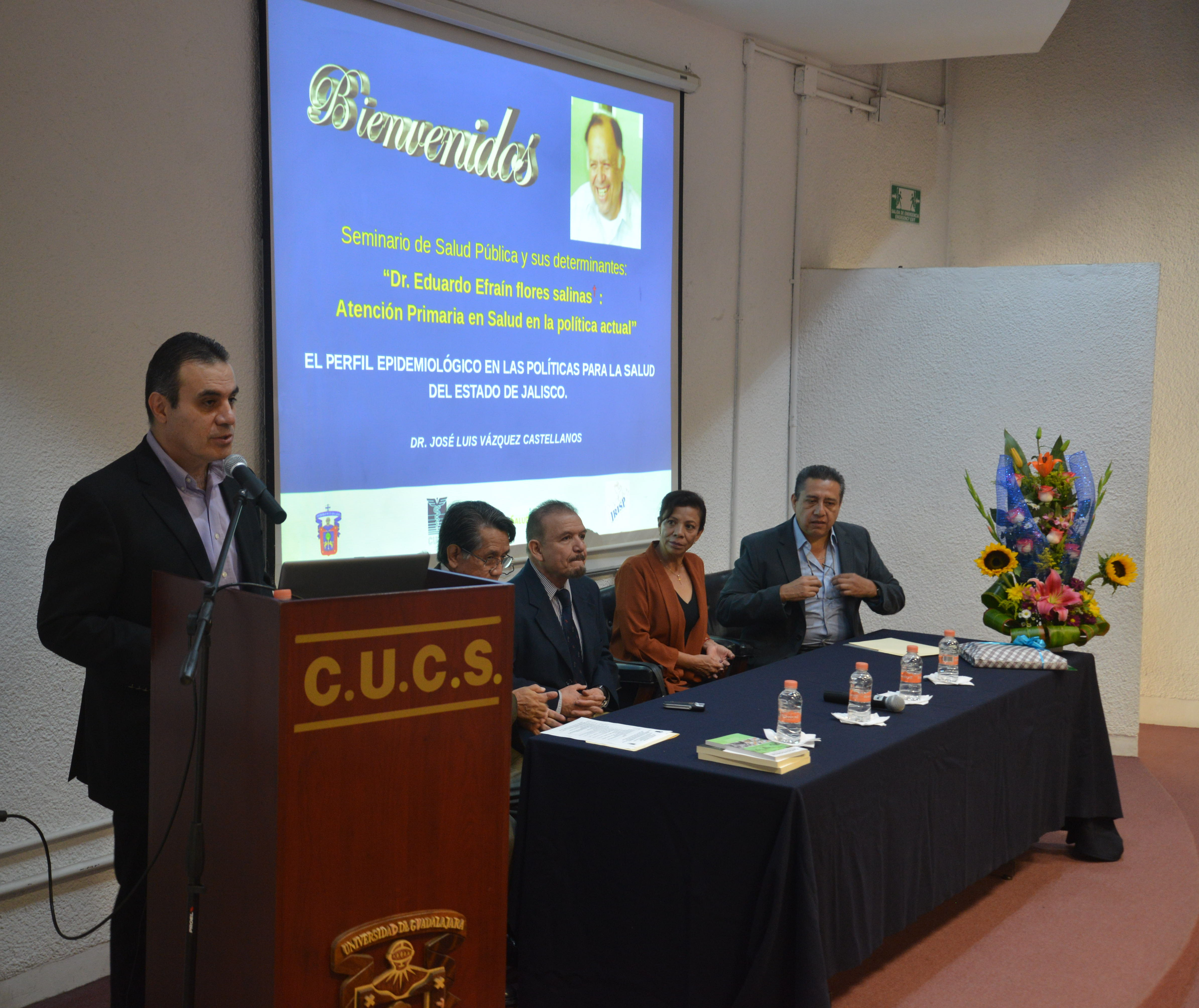 Dr. Igor Martín Ramos Herrera dando la bienvenida
