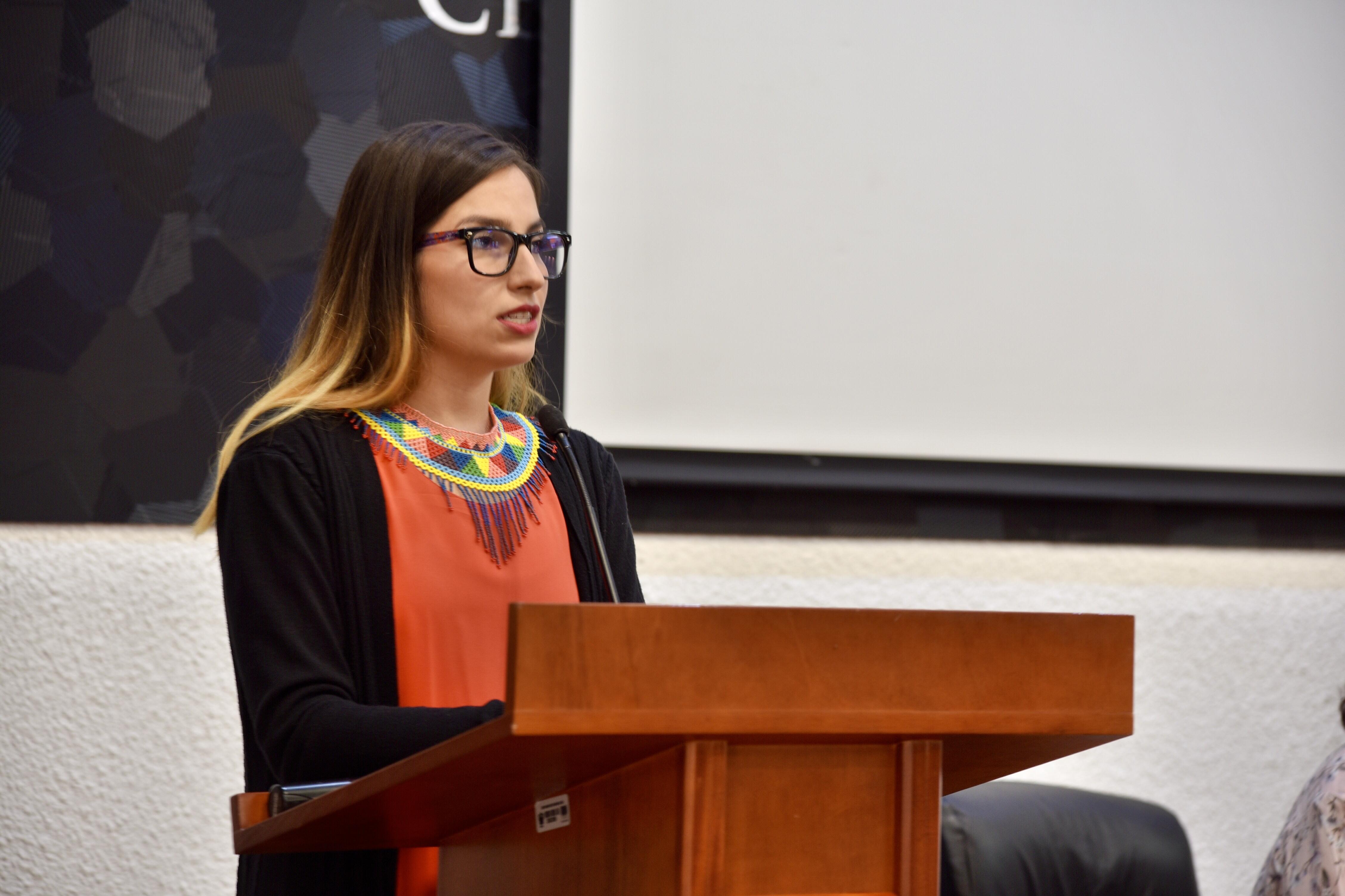 Dra. Wendy Campos dando mensaje desde el pódium