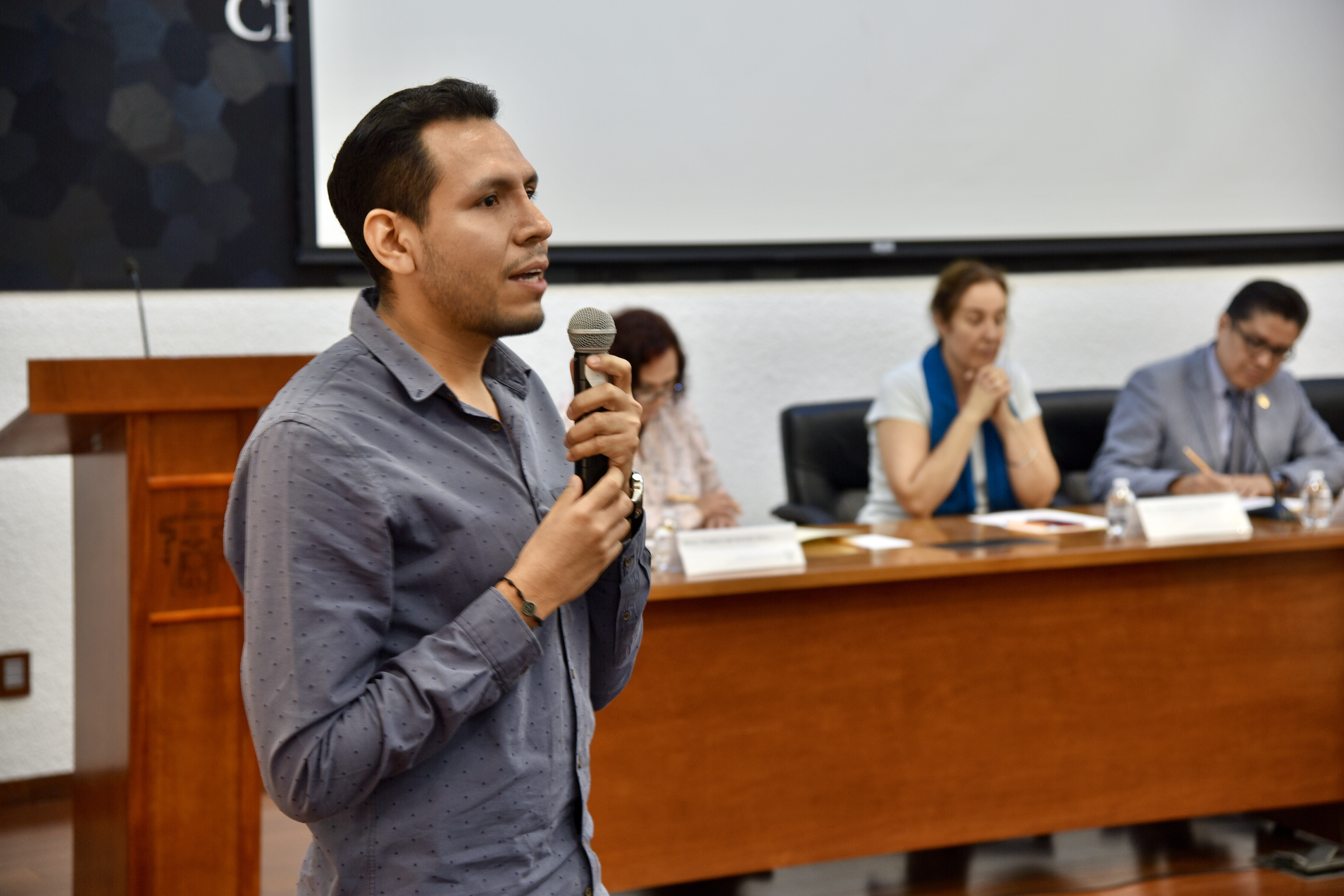 Dr. Ulises de la Cruz haciendo uso de la voz desde su butaca