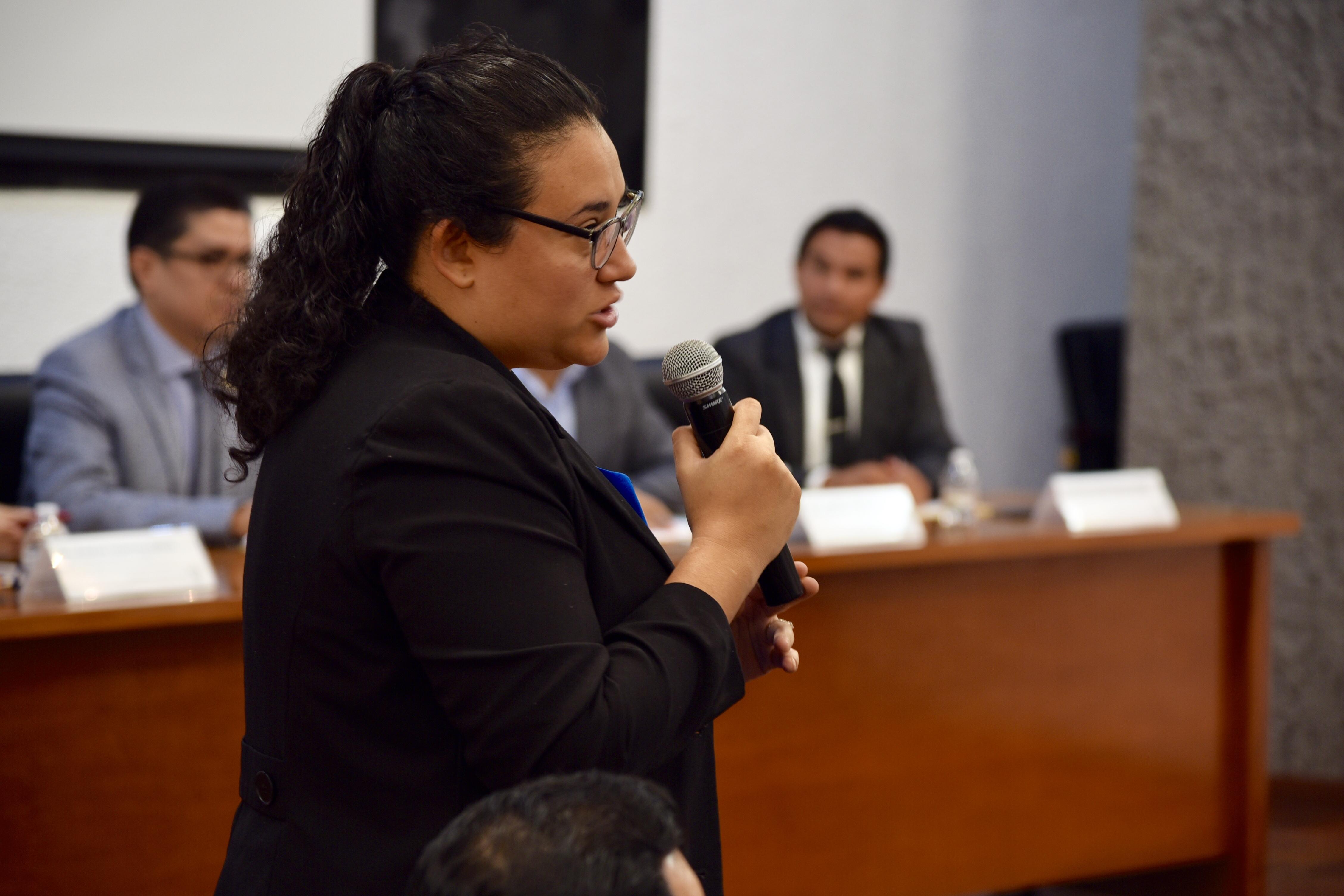 Dra. Ana Fletes haciendo uso de la voz desde su butaca