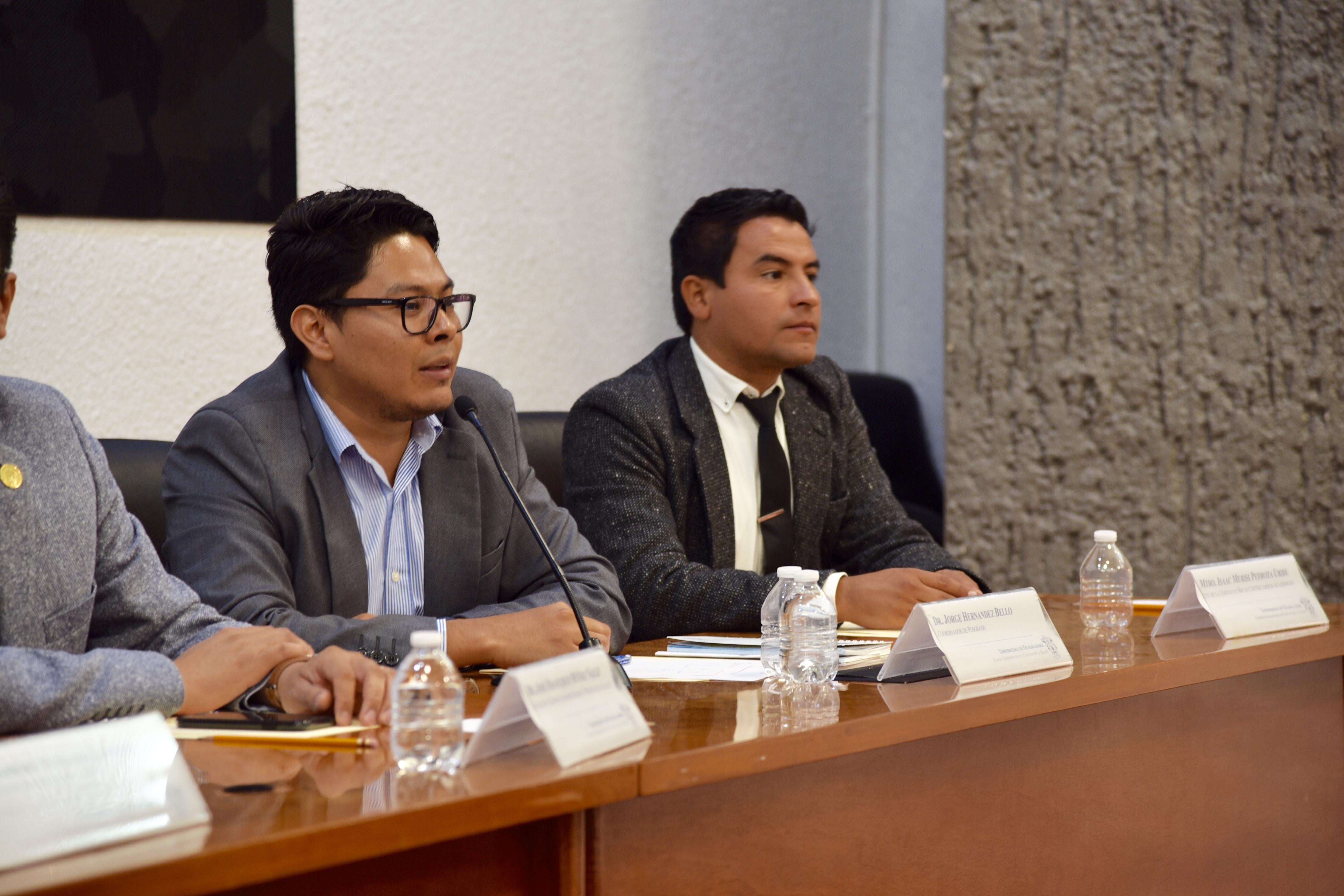 Dr. Jorge Hernández ofreciendo mensaje desde el pódium